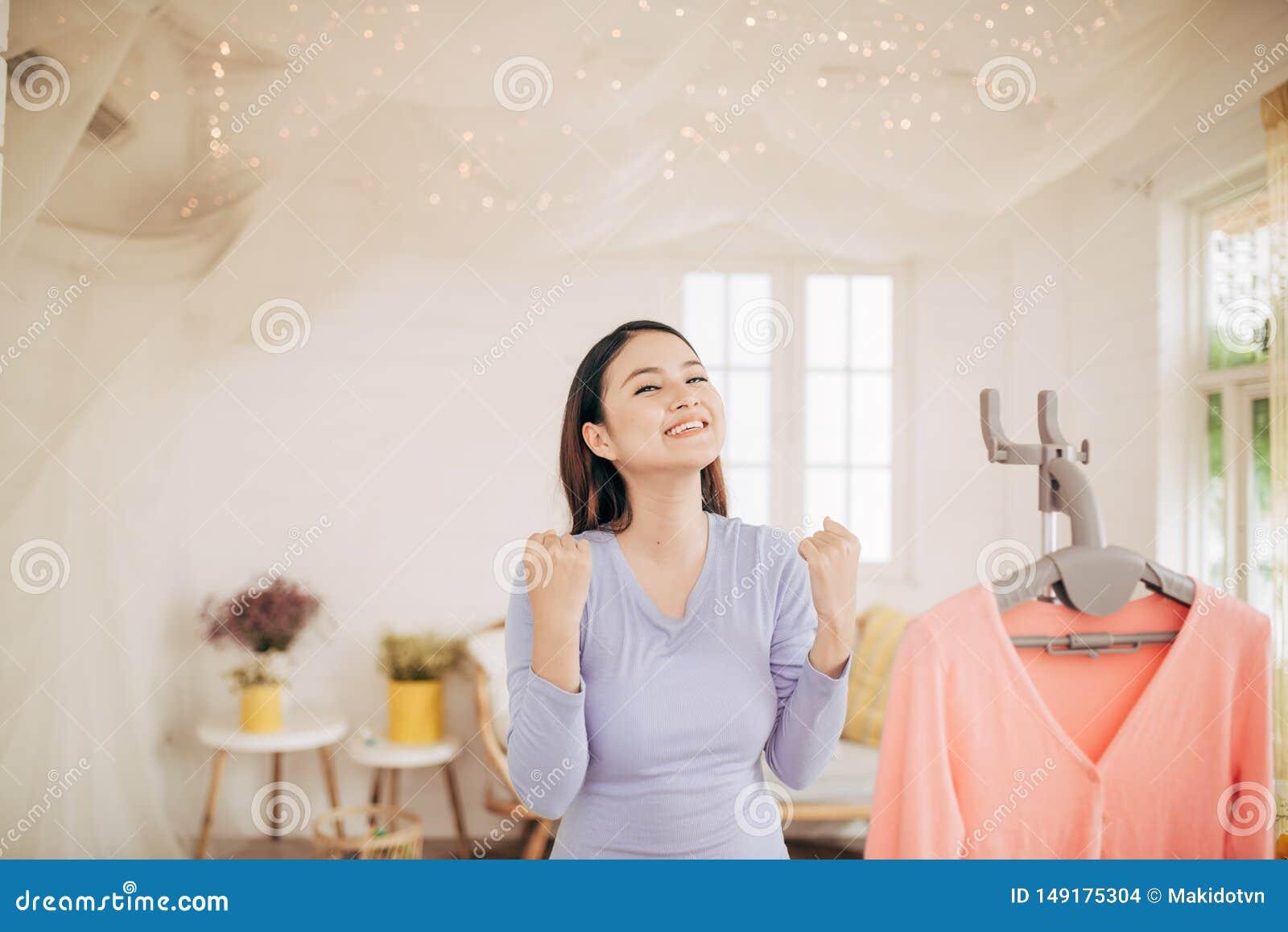 Grappige foxy vrouw die met stoombootijzer dansen Huisvrouw die pret hebben terwijl het strijken van kleren