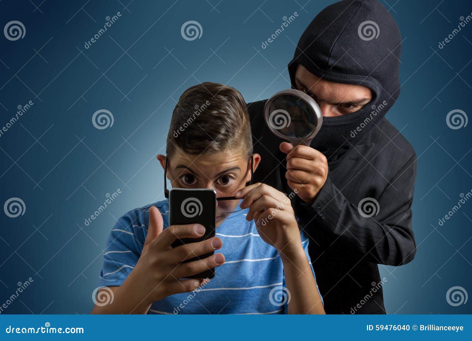 Grappige gemaskeerde mens het spioneren gegevens van smartphone van tiener