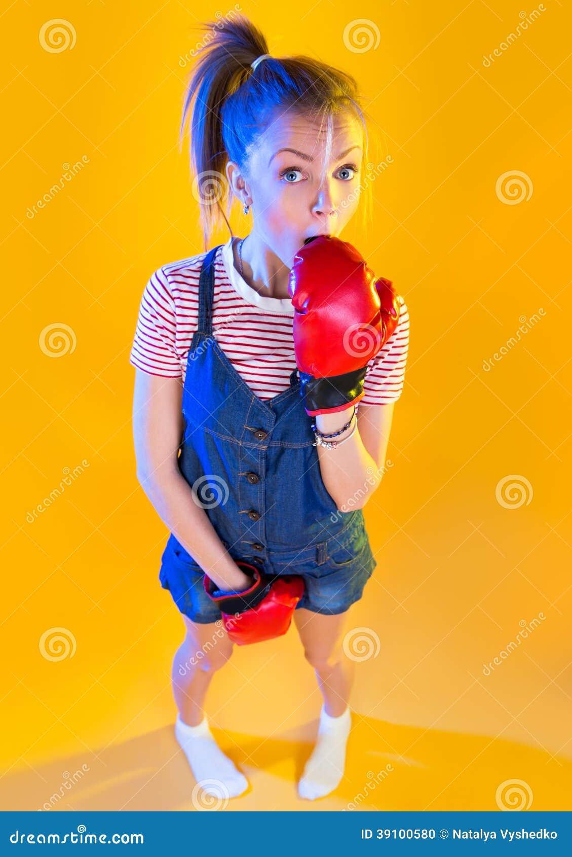 Grappige geschiktheidsvrouw met bokshandschoenen
