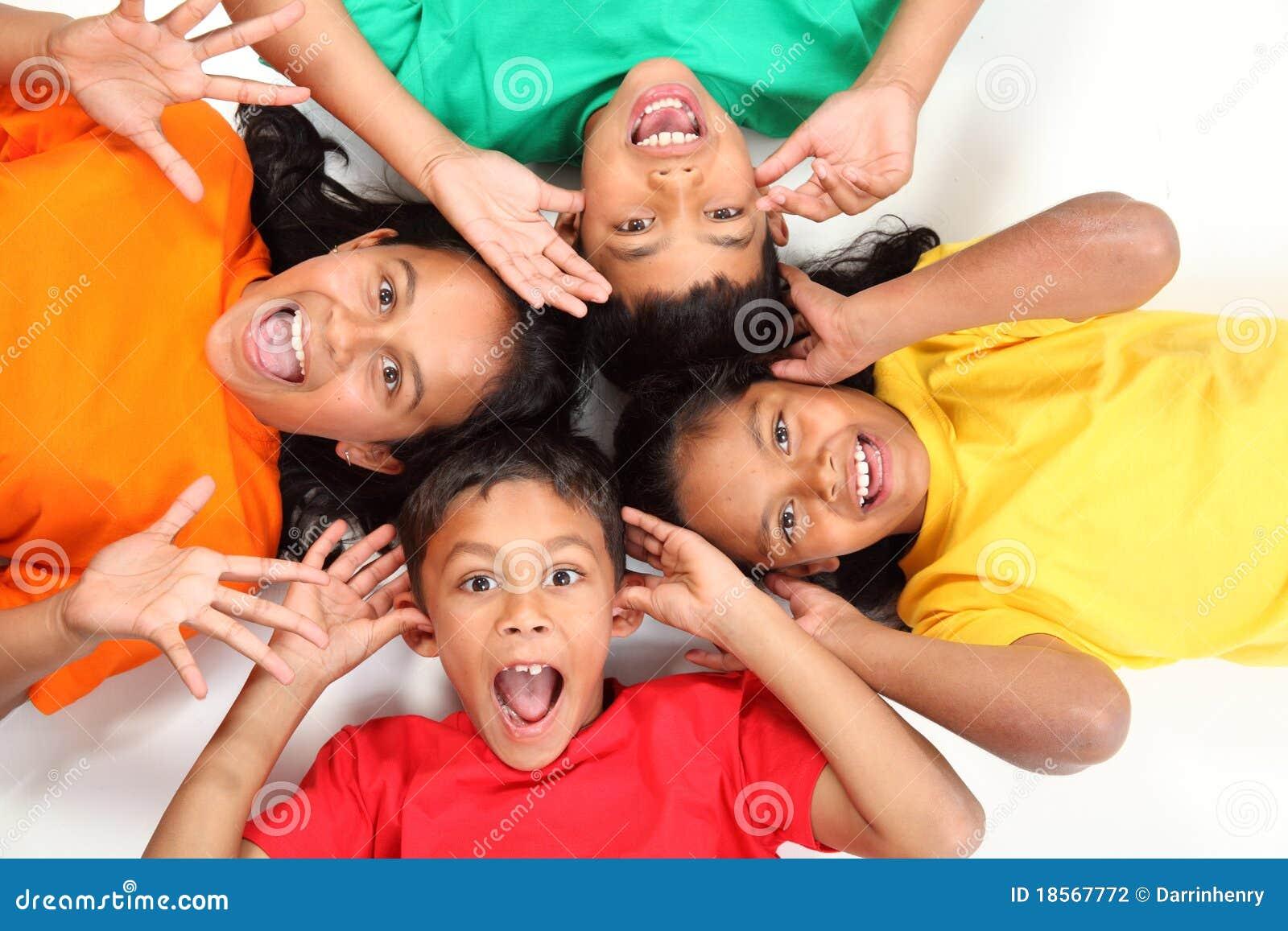Grappige gezichten door vier gelukkige schoolvrienden samen