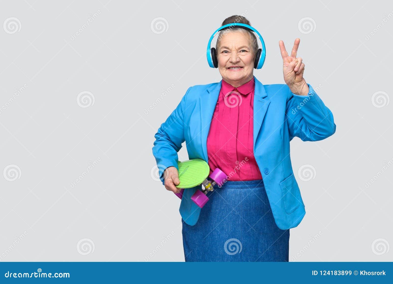 In grappige grootmoeder in kleurrijke toevallige stijl met blauw hoofd