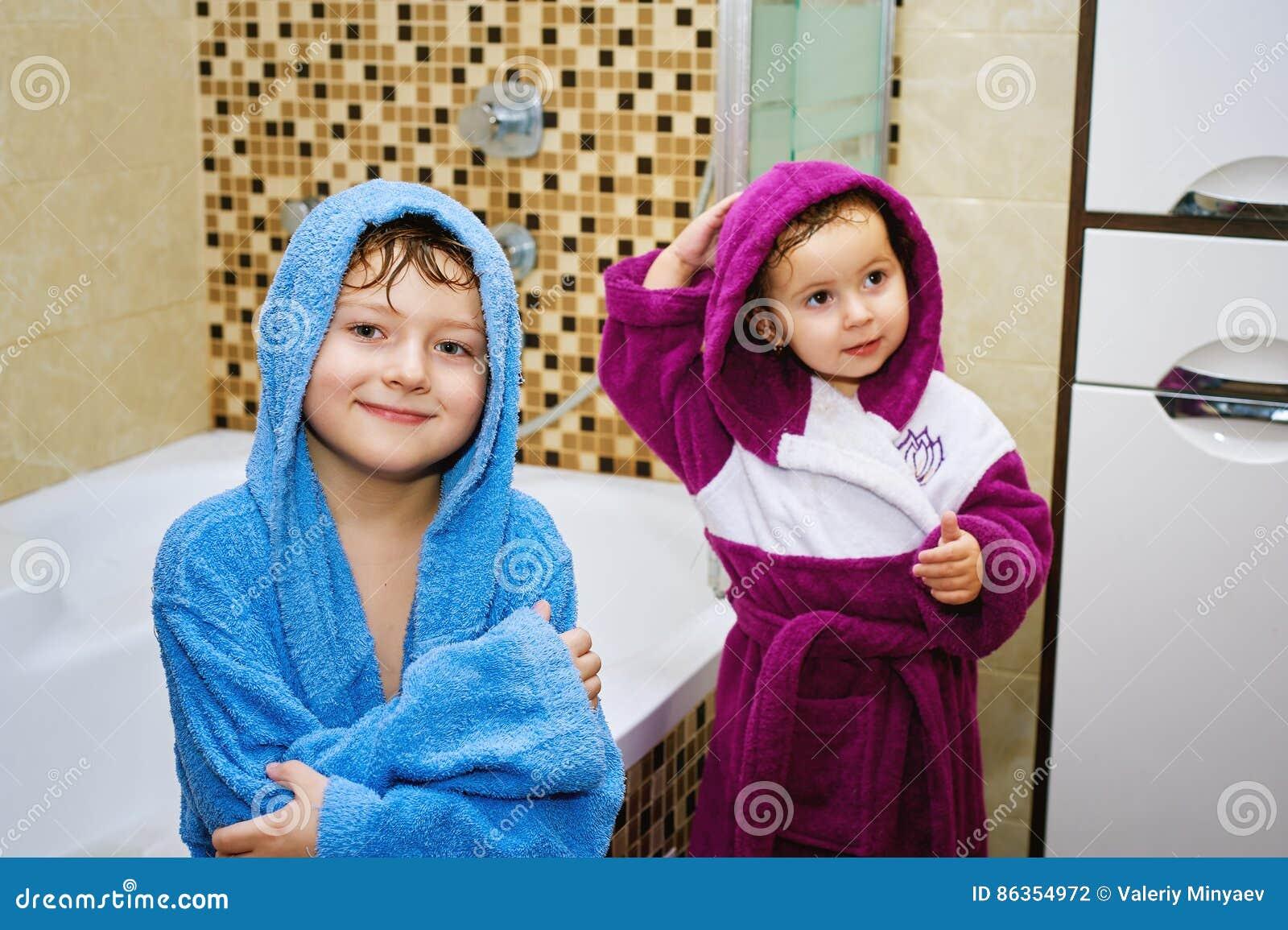 Grappige jonge geitjes na ziel in de heldere robes