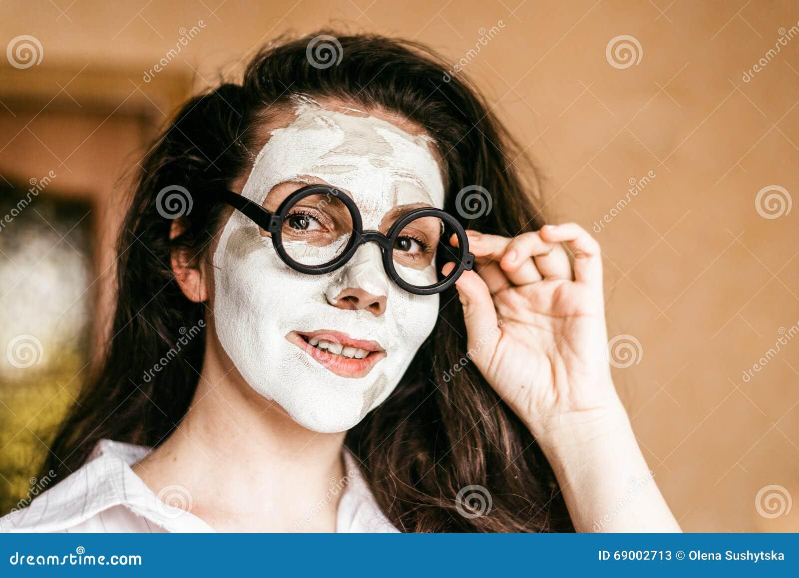Grappige jonge vrouw die een diep reinigend kleimasker toepassen
