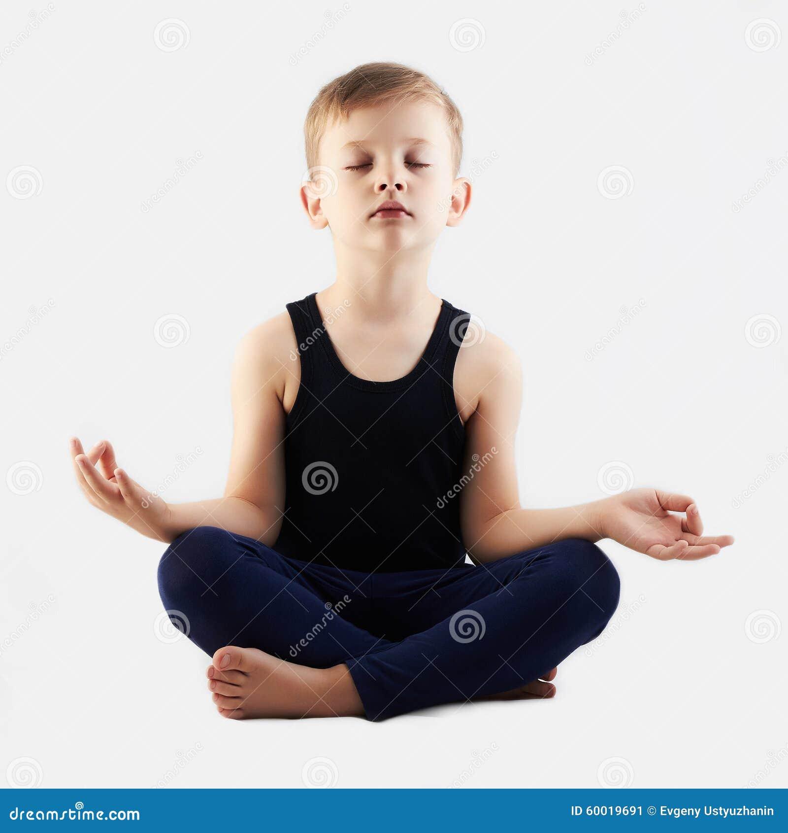 Grappige kind het praktizeren yoga weinig Jongen doet yoga
