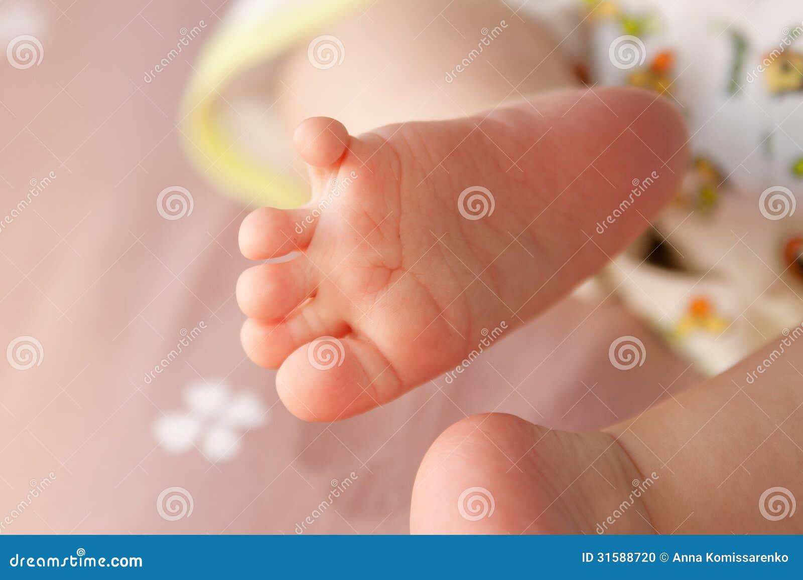 Grappige kleine voeten stock foto afbeelding 31588720 - Baby voet verkoop ...