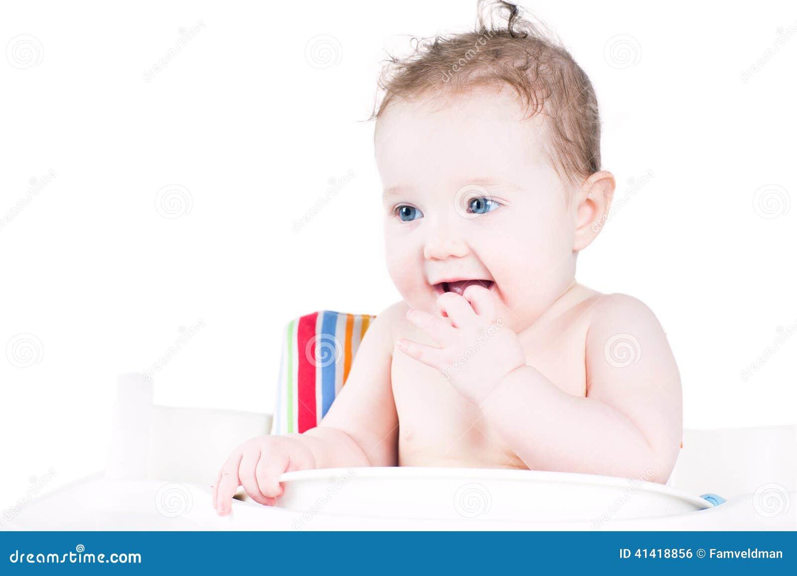Grappige lachende baby die op lunch wachten
