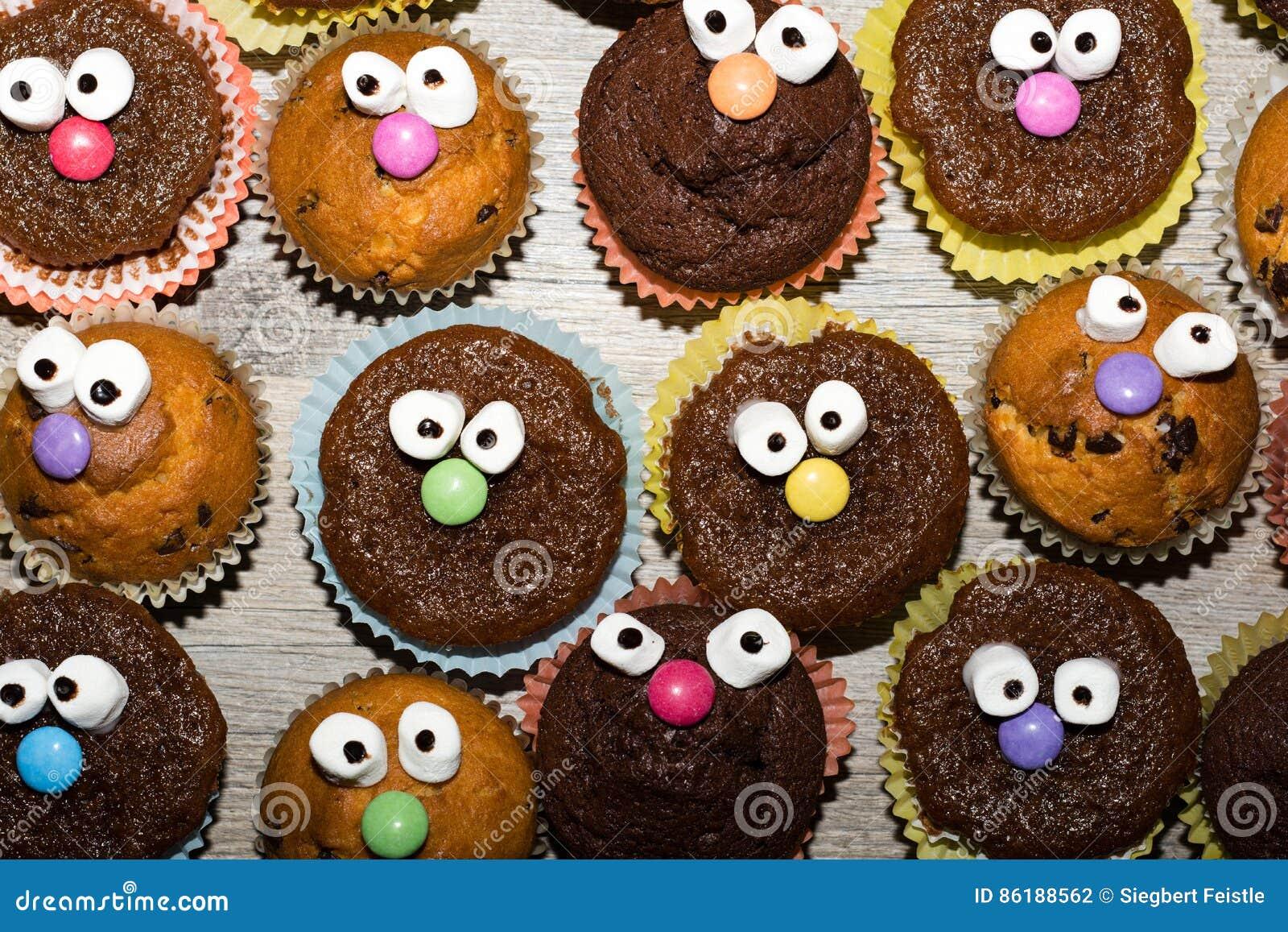 grappige muffins met gezicht stock foto afbeelding. Black Bedroom Furniture Sets. Home Design Ideas