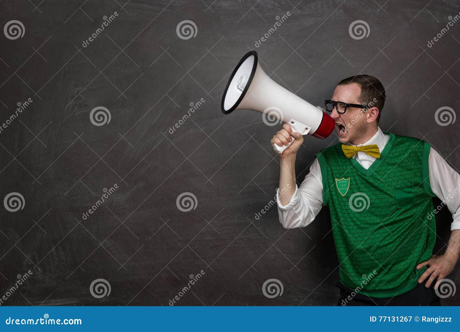 Grappige nerd die bij de megafoon schreeuwen