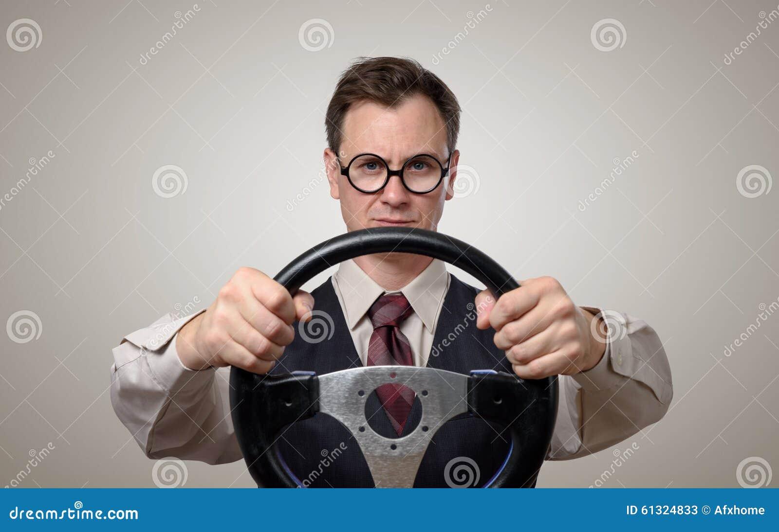 Grappige zakenman in glazen met een stuurwiel