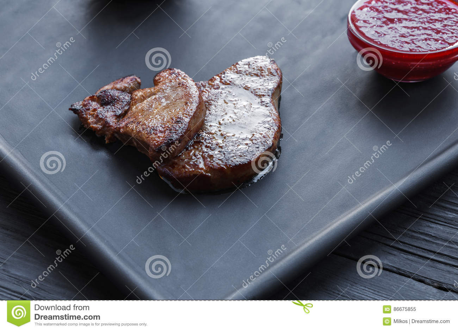 Gras Roasted dos fois do fígado de ganso com molho, alimento do restaurante