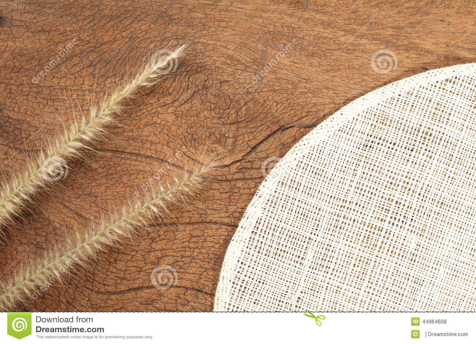 Grasbloem op hard hout