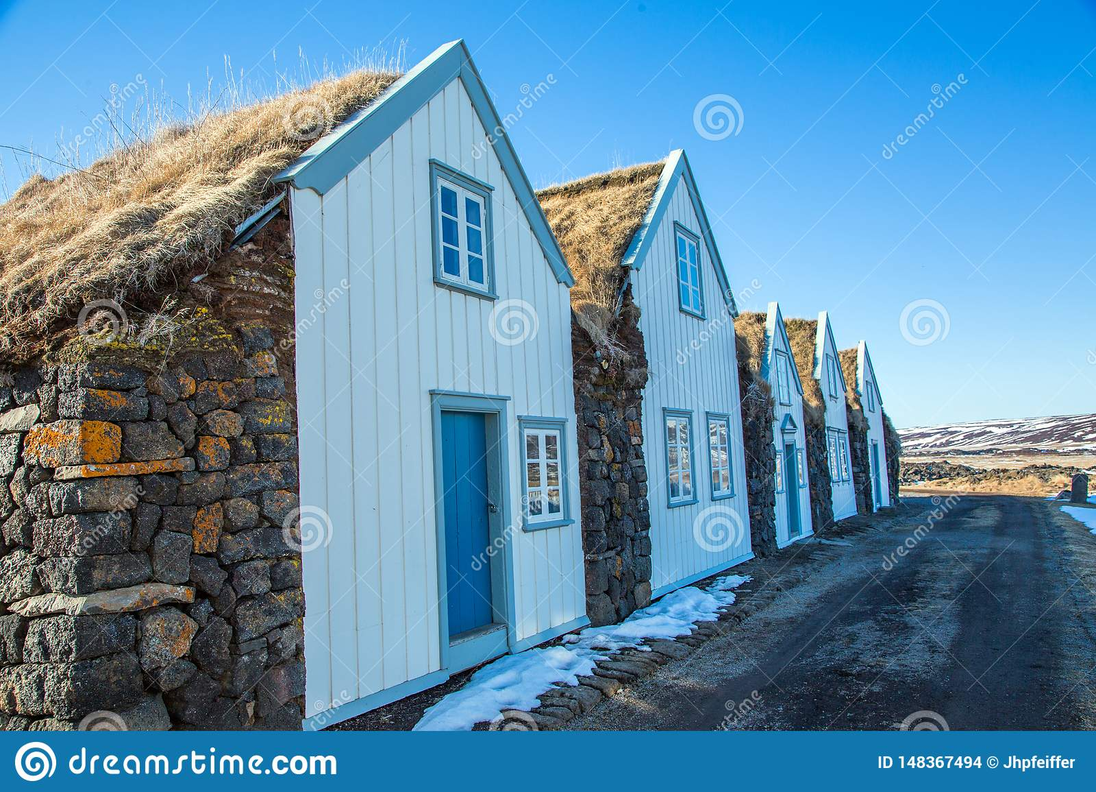 Grasdachhütten mit weißer Front