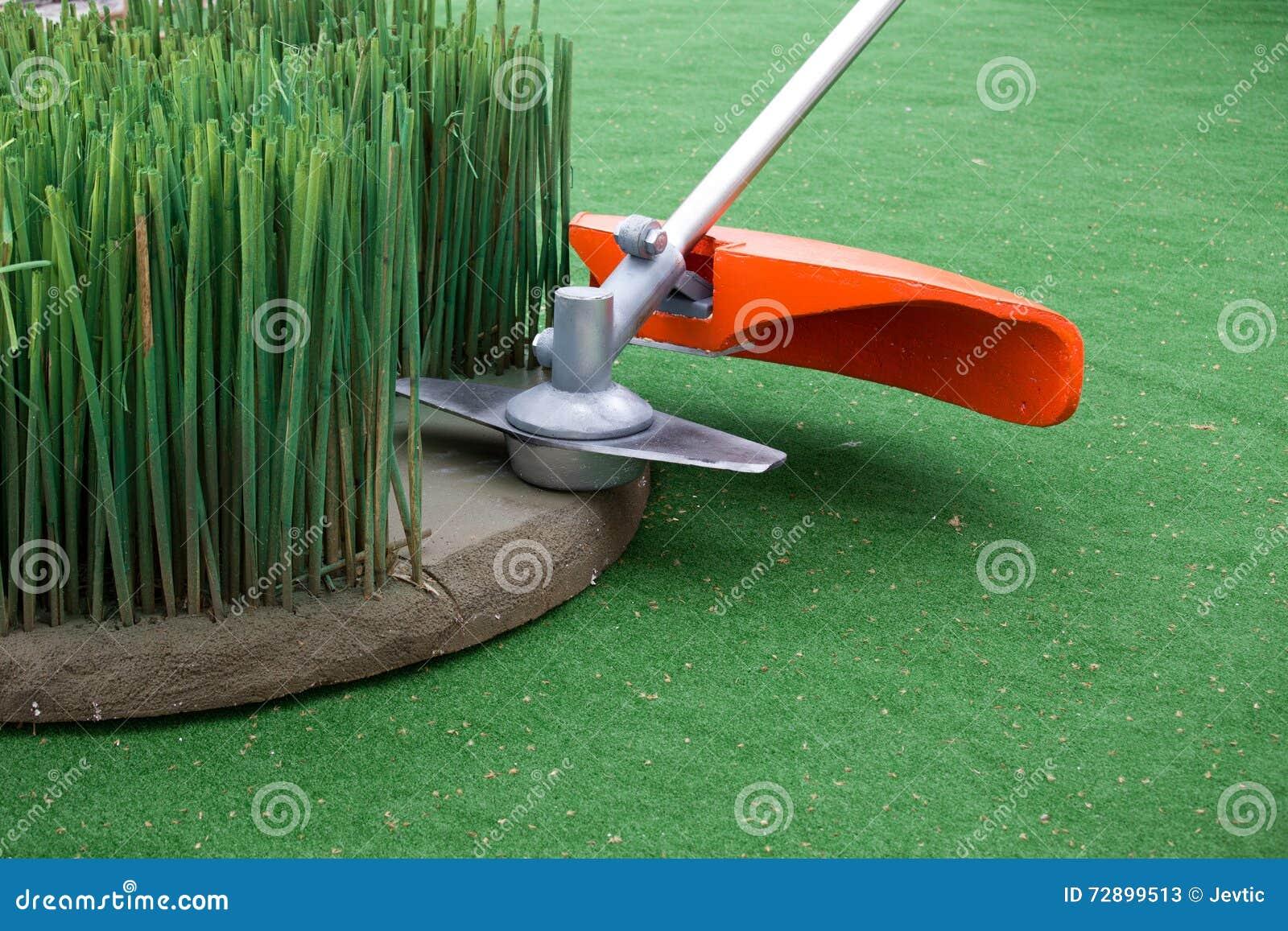 Grass trimmer mowing