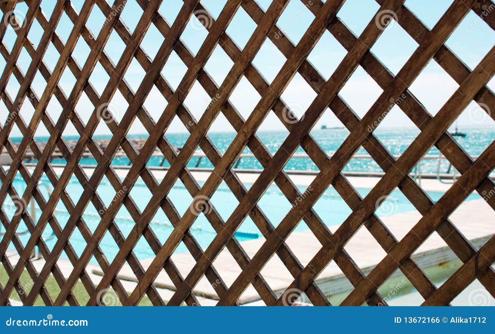 Grata di legno fotografia stock immagine di legno acqua for Balancines de madera para jardin