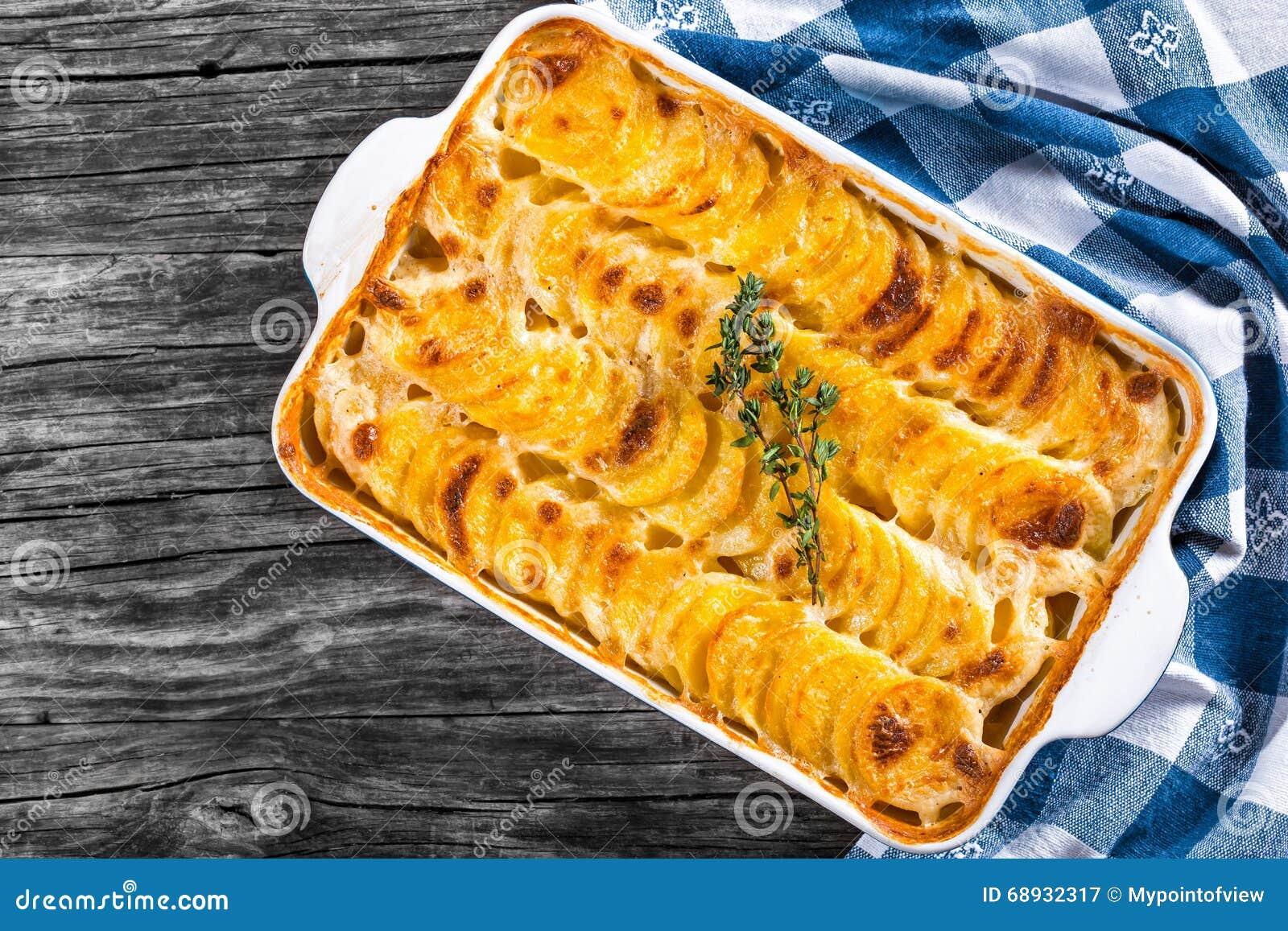 Gratinerade Dauphinois, potatisar som bakas i en stekhet maträtt, närbild