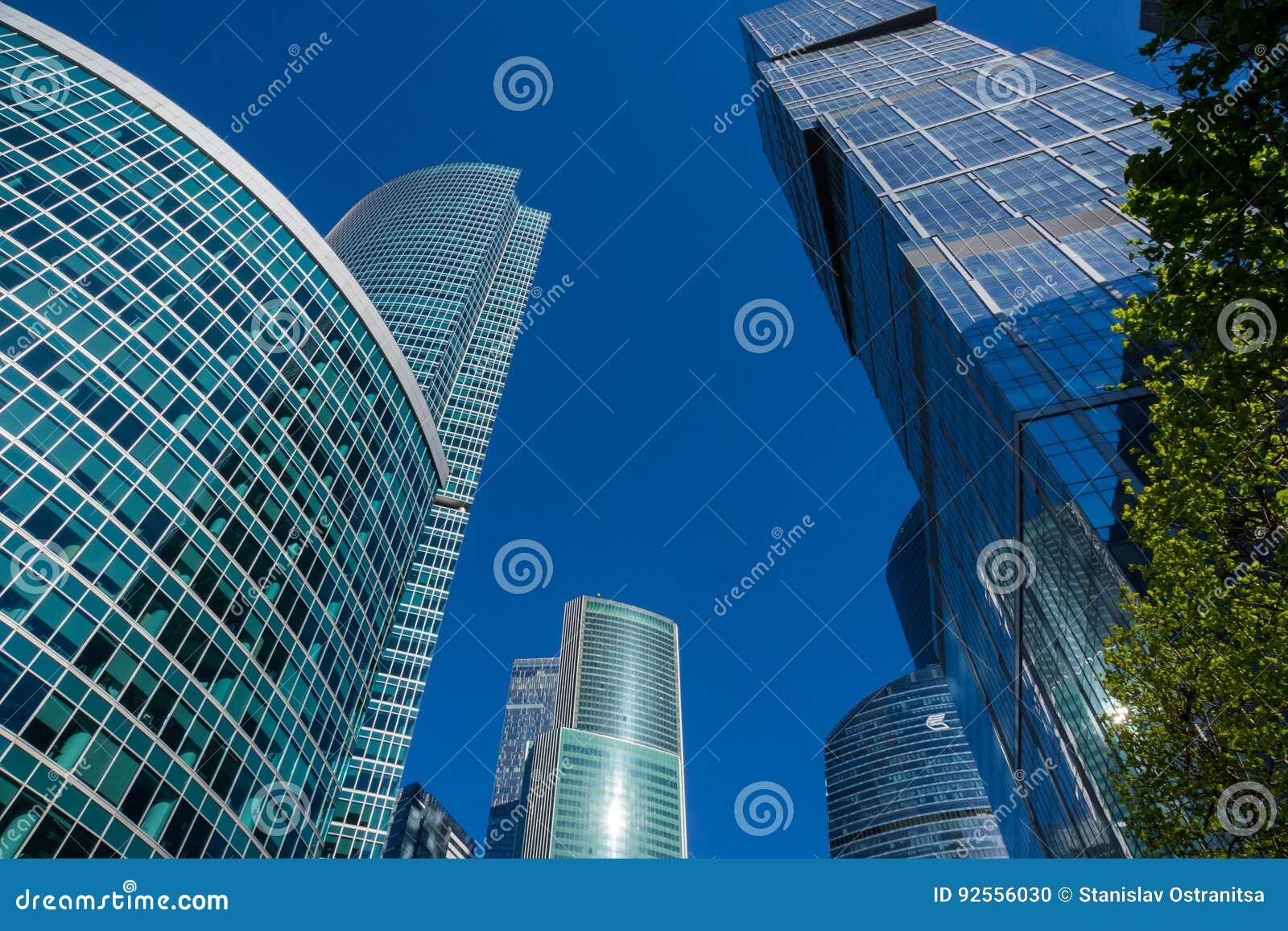 Grattacieli con la facciata di vetro Costruzioni moderne