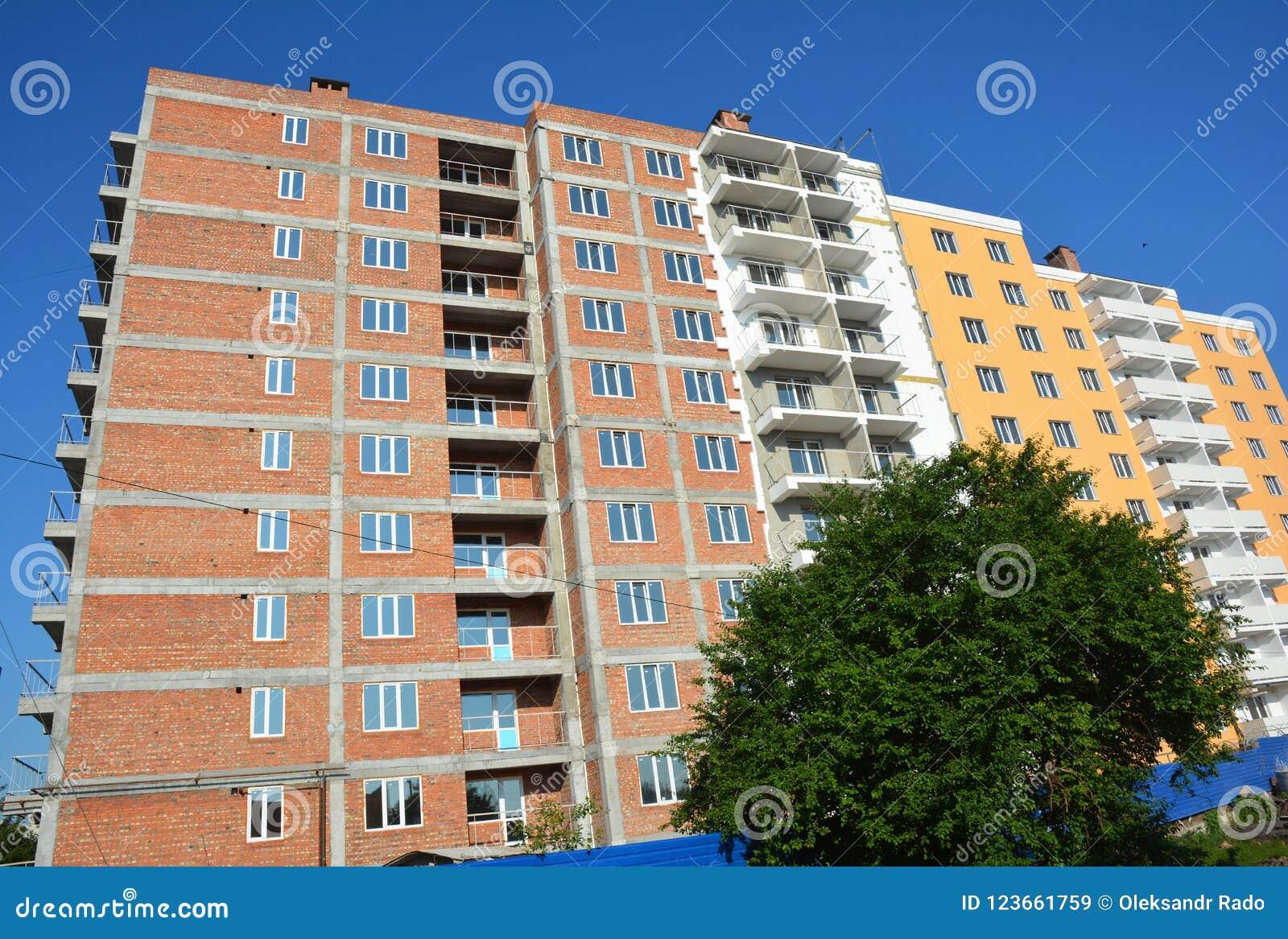Grattacielo in costruzione con l isolamento intonacare, dello stucco e della parete