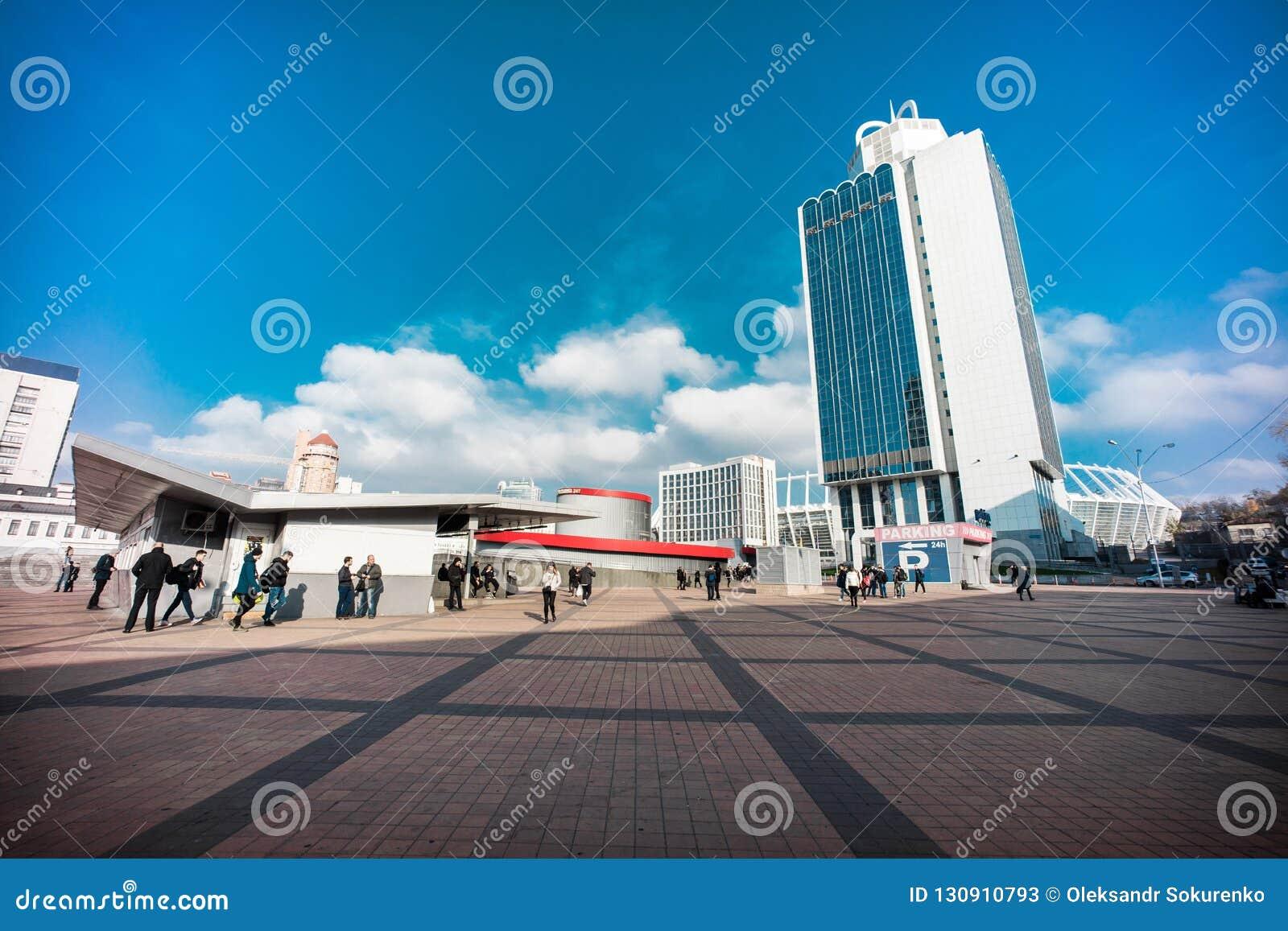 Gratte-ciel classique de bureau de Kiev au centre de la ville