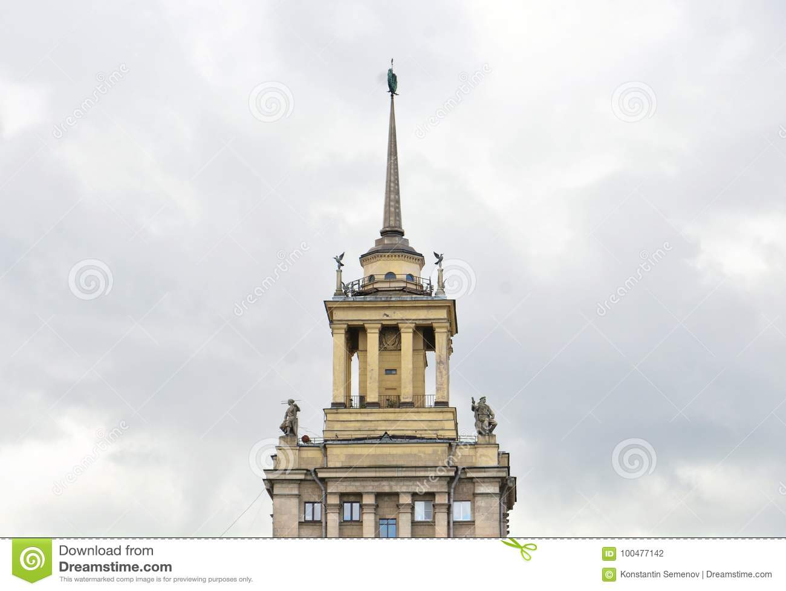 Gratte-ciel dans le style néoclassique dans le St Petersbourg