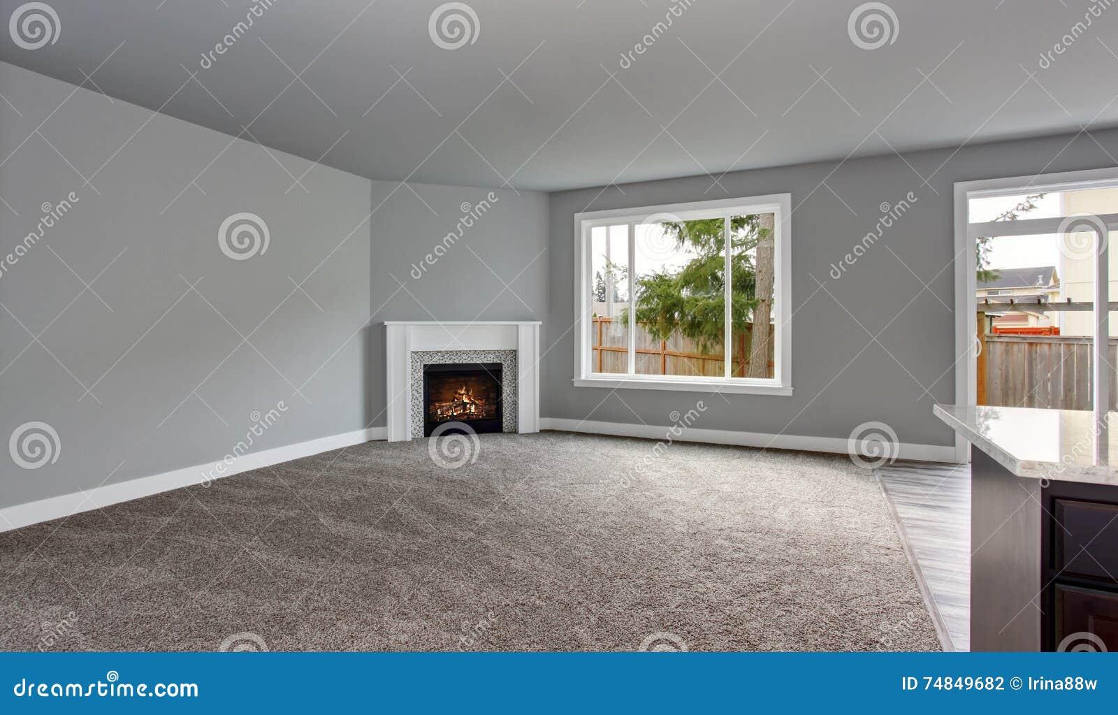 Grauer Hausinnenraum Des Wohnzimmers Mit Firwplace Und Teppichboden ...