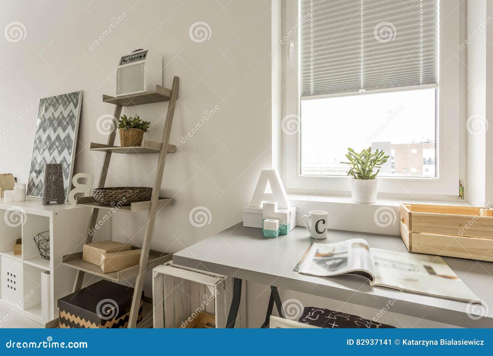 grauer schreibtisch und h lzernes regal im wohnzimmer. Black Bedroom Furniture Sets. Home Design Ideas