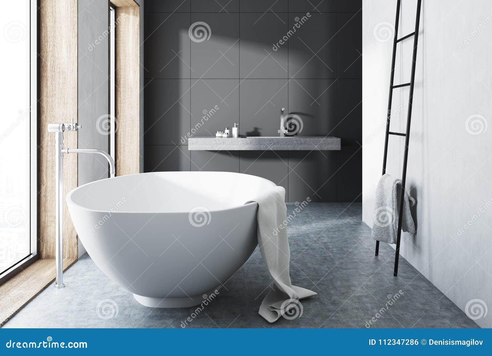 Graues Badezimmer Weisse Wanne Leiter Konkreter Boden
