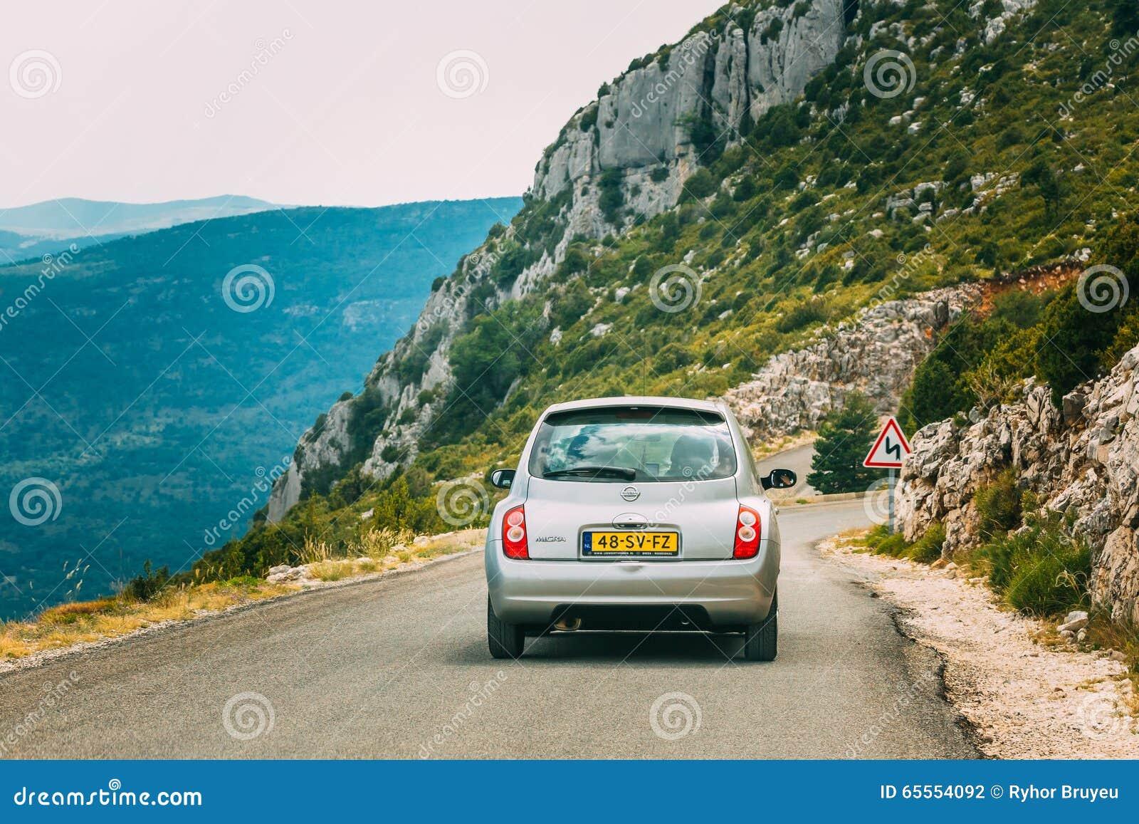 graues farbe-nissan micra-auto auf hintergrund französischen