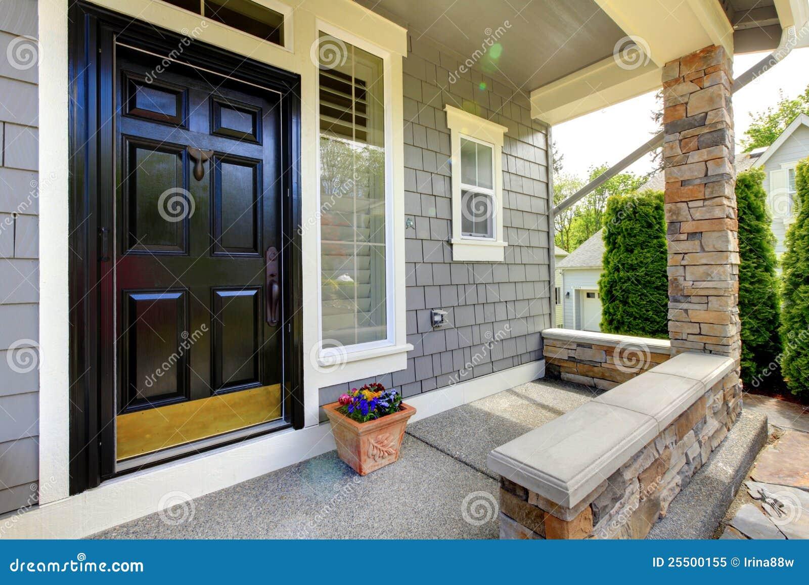 Graues Haus Außen Mit Schwarzer Tür. Stockbild - Bild von blau ...