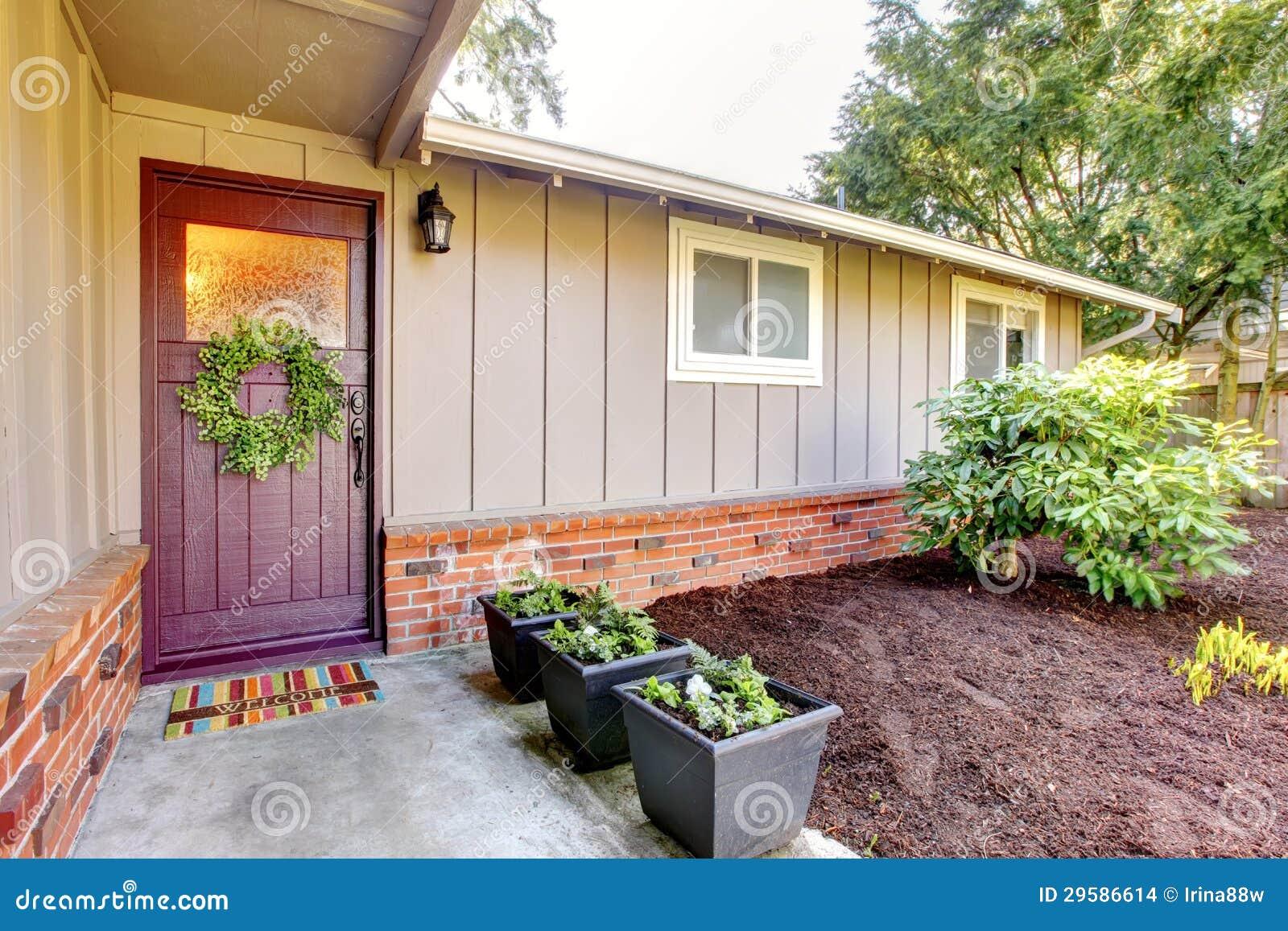 graues haus browns das mit haust r au en sind und fr hling gestalten landschaftlich. Black Bedroom Furniture Sets. Home Design Ideas