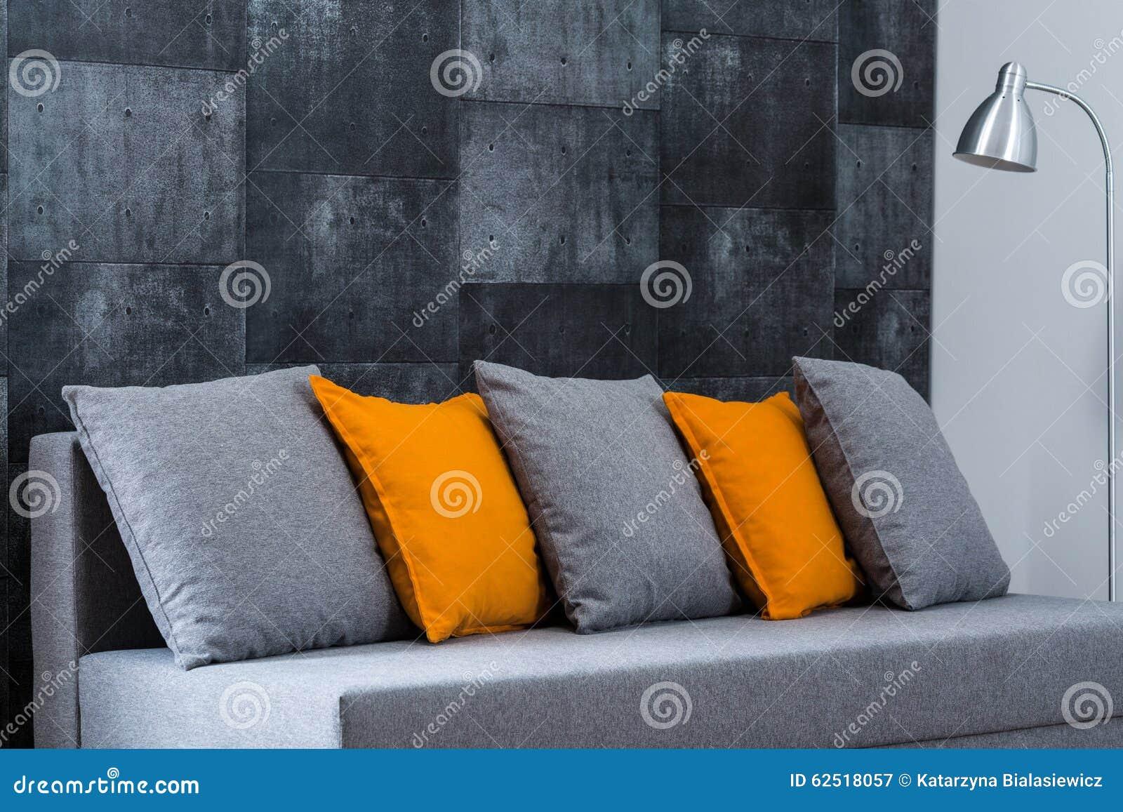 Graues sofa im wohnzimmer stockfoto   bild: 62518057