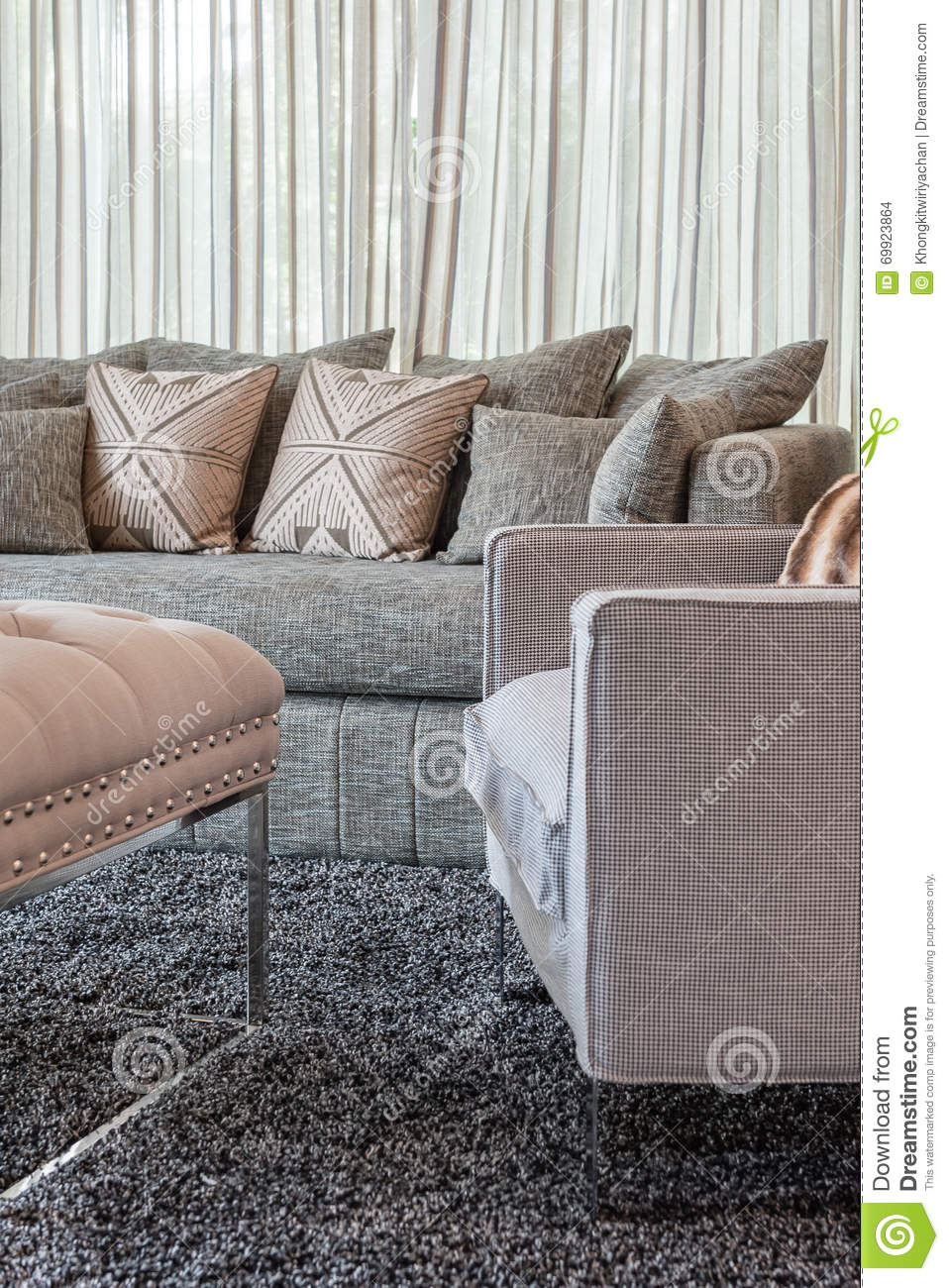 graues sofa mit kissen im modernen wohnzimmer stockfoto. Black Bedroom Furniture Sets. Home Design Ideas