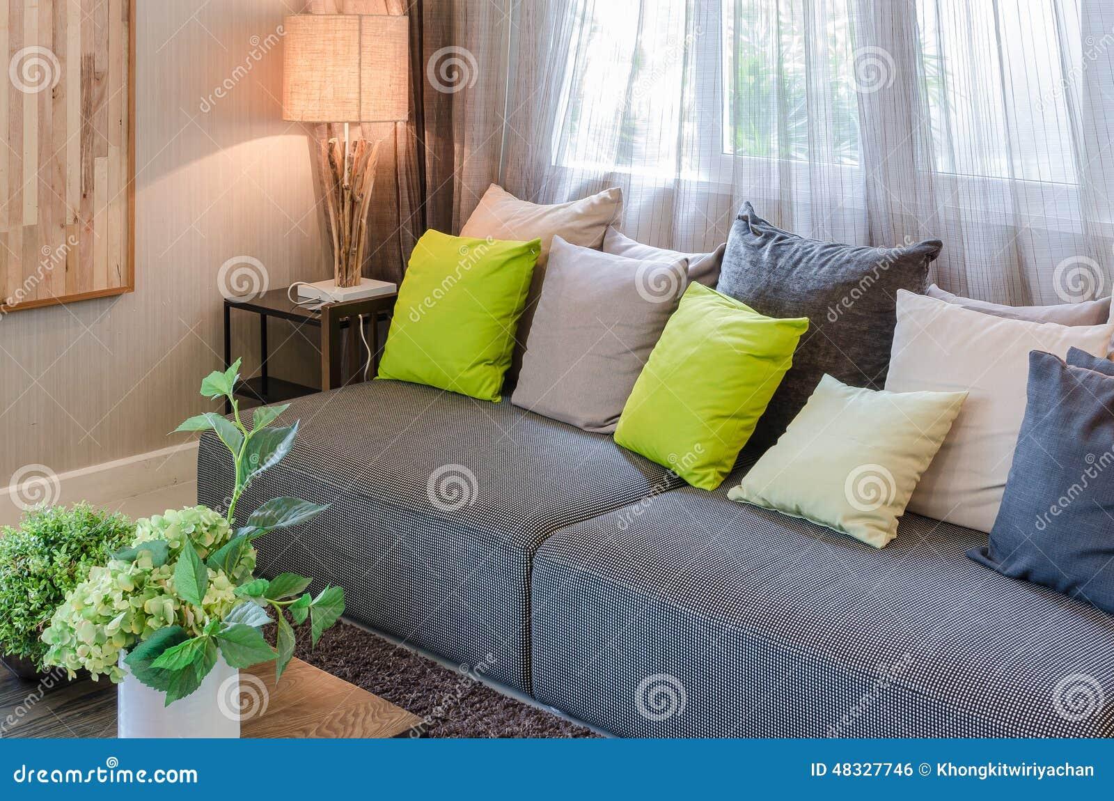 Download Graues Sofa Und Grüne Kissen Im Wohnzimmer Stockfoto   Bild Von  Lampe, Leuchte: