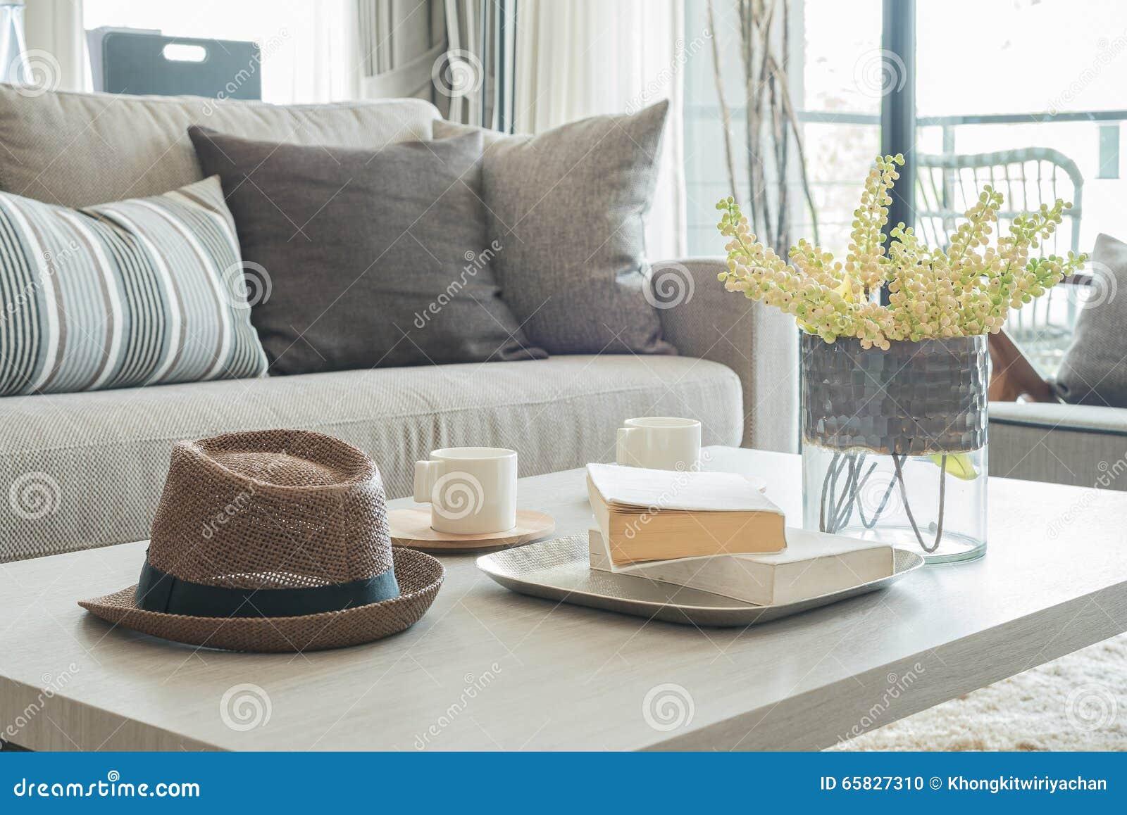 graues sofa und kissen mit hut auf holztisch stockfoto bild 65827310. Black Bedroom Furniture Sets. Home Design Ideas