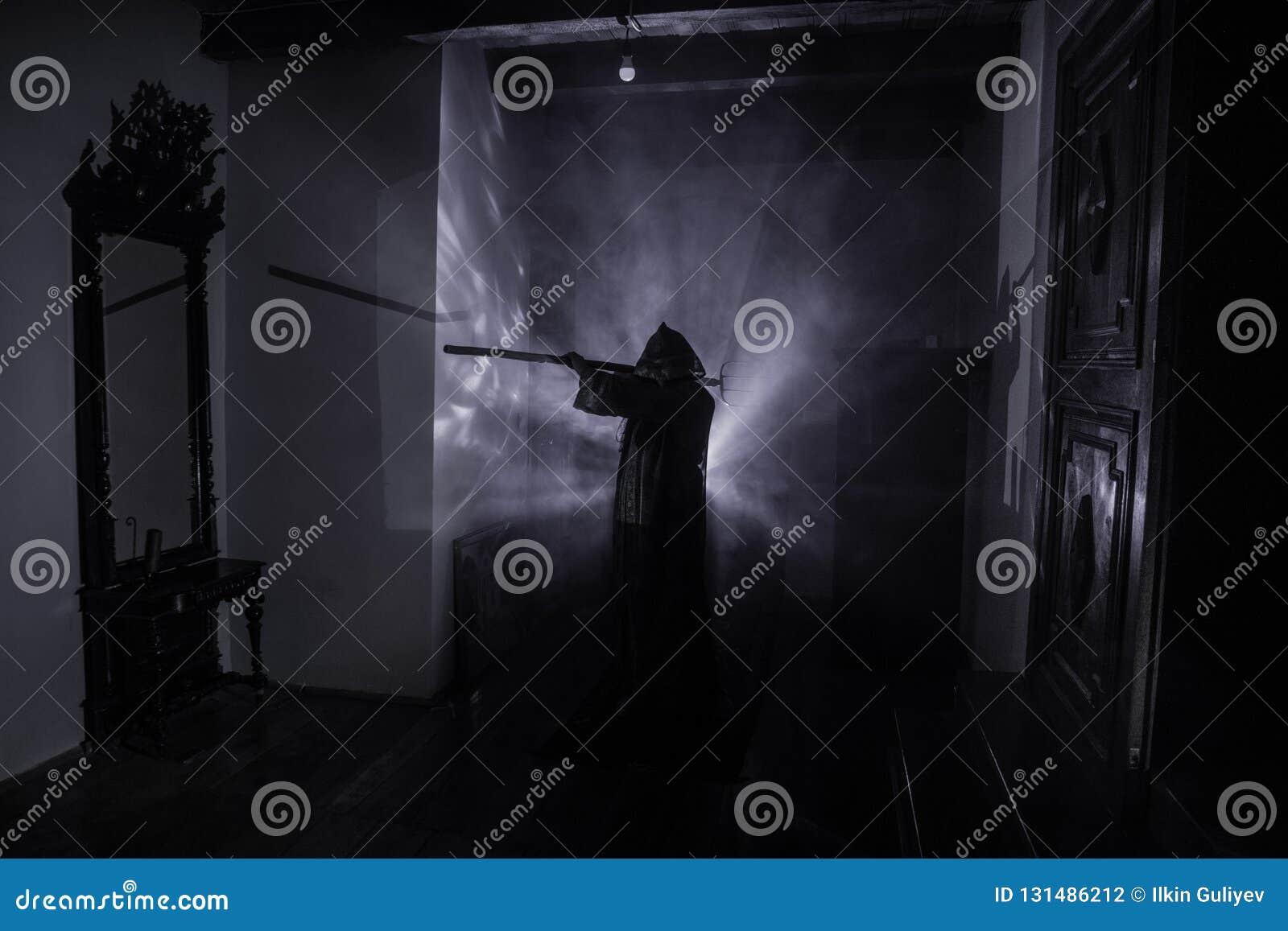 Grausigkeitsschattenbild des Geistes innerhalb der Dunkelkammer mit Spiegel Furchtsames Halloween-Konzept Schattenbild der Hexe i