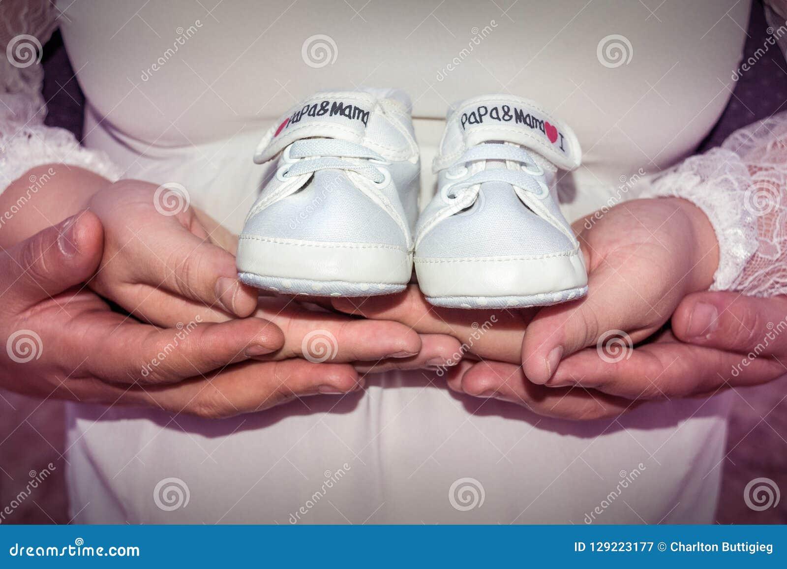 Gravid kvinna- och maninnehavet behandla som ett barn skor