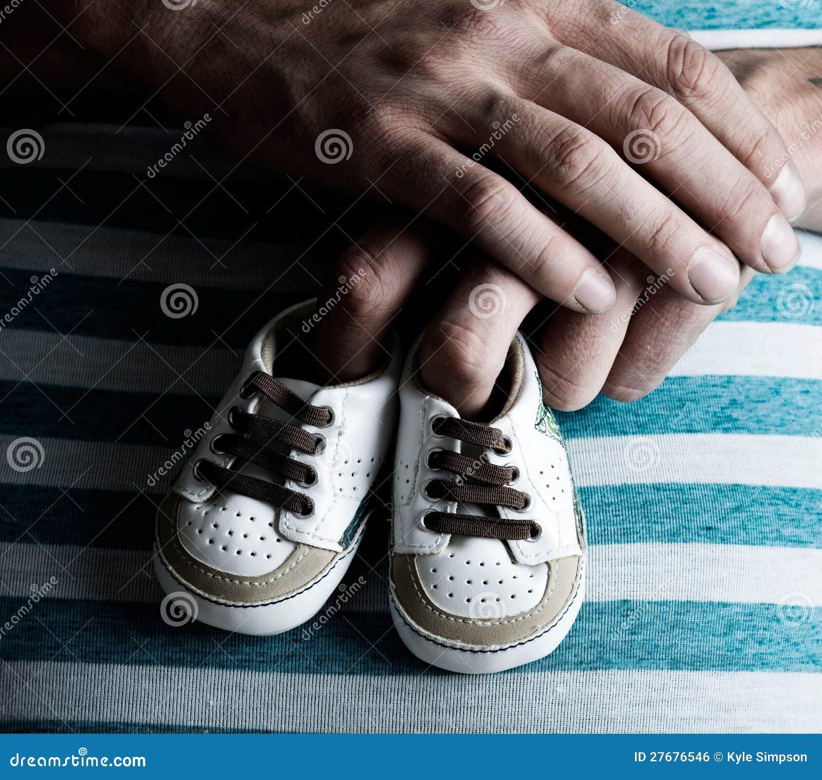 Gravid kvinnaholdingen behandla som ett barn skor på henne buken