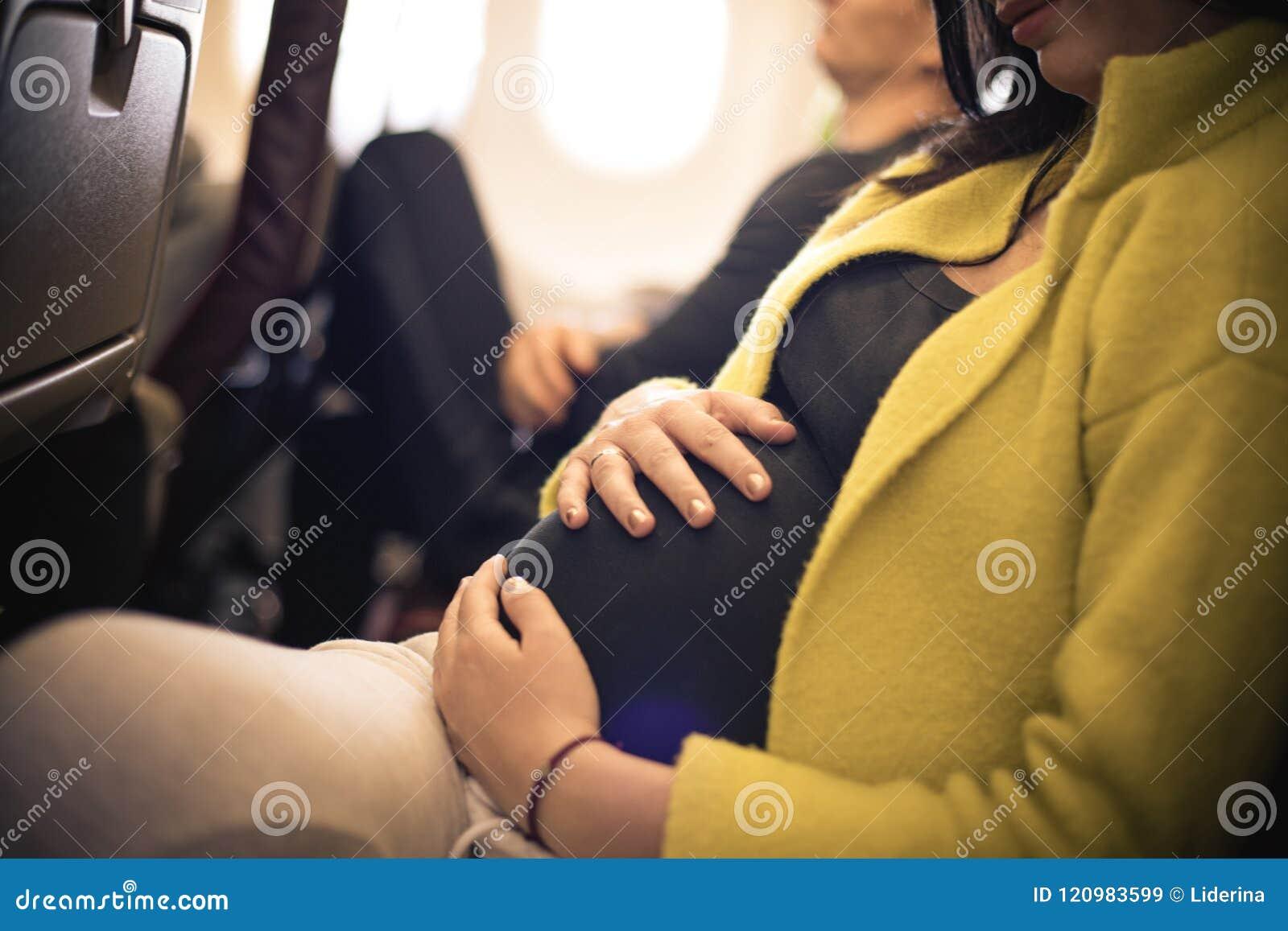 Gravid kvinnaresande med flygplanet close upp