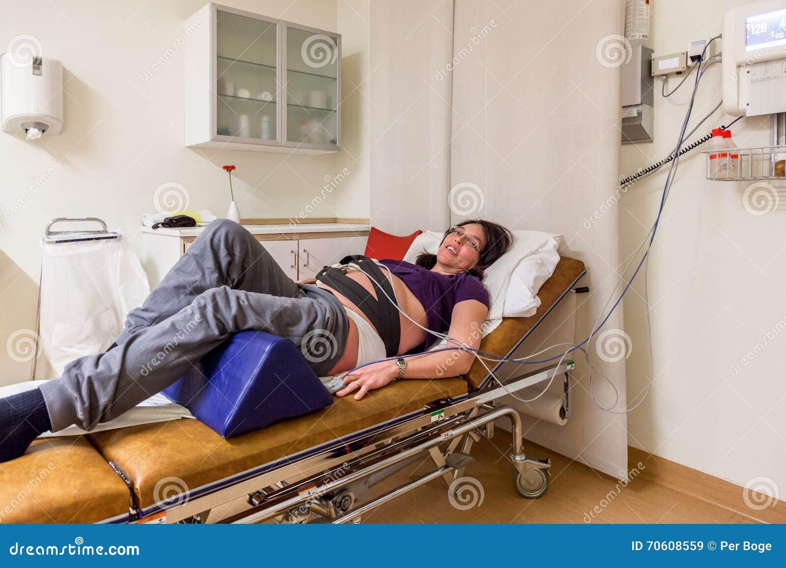 Gravida kvinnan i det akuta sjukhuset avvärjer, innan han ger födelse