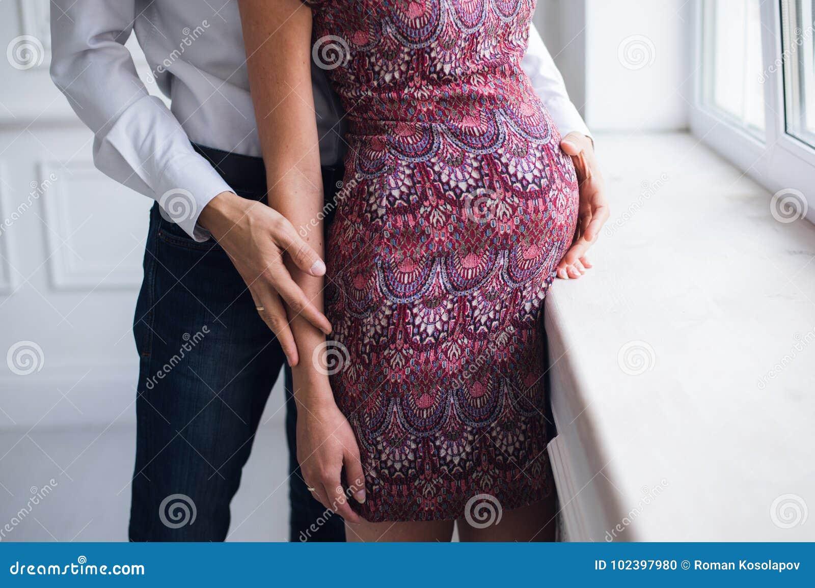 Gravidez e maternidade, conceito dos povos e da expectativa, fim acima da mulher gravida feliz com barriga e seu marido