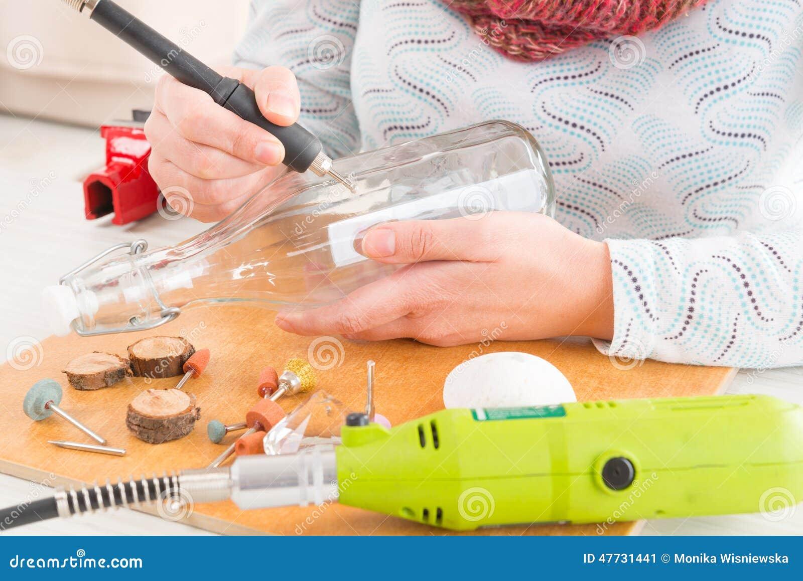 gravieren der flasche mit rotierendem multi werkzeug stockfoto bild 47731441. Black Bedroom Furniture Sets. Home Design Ideas