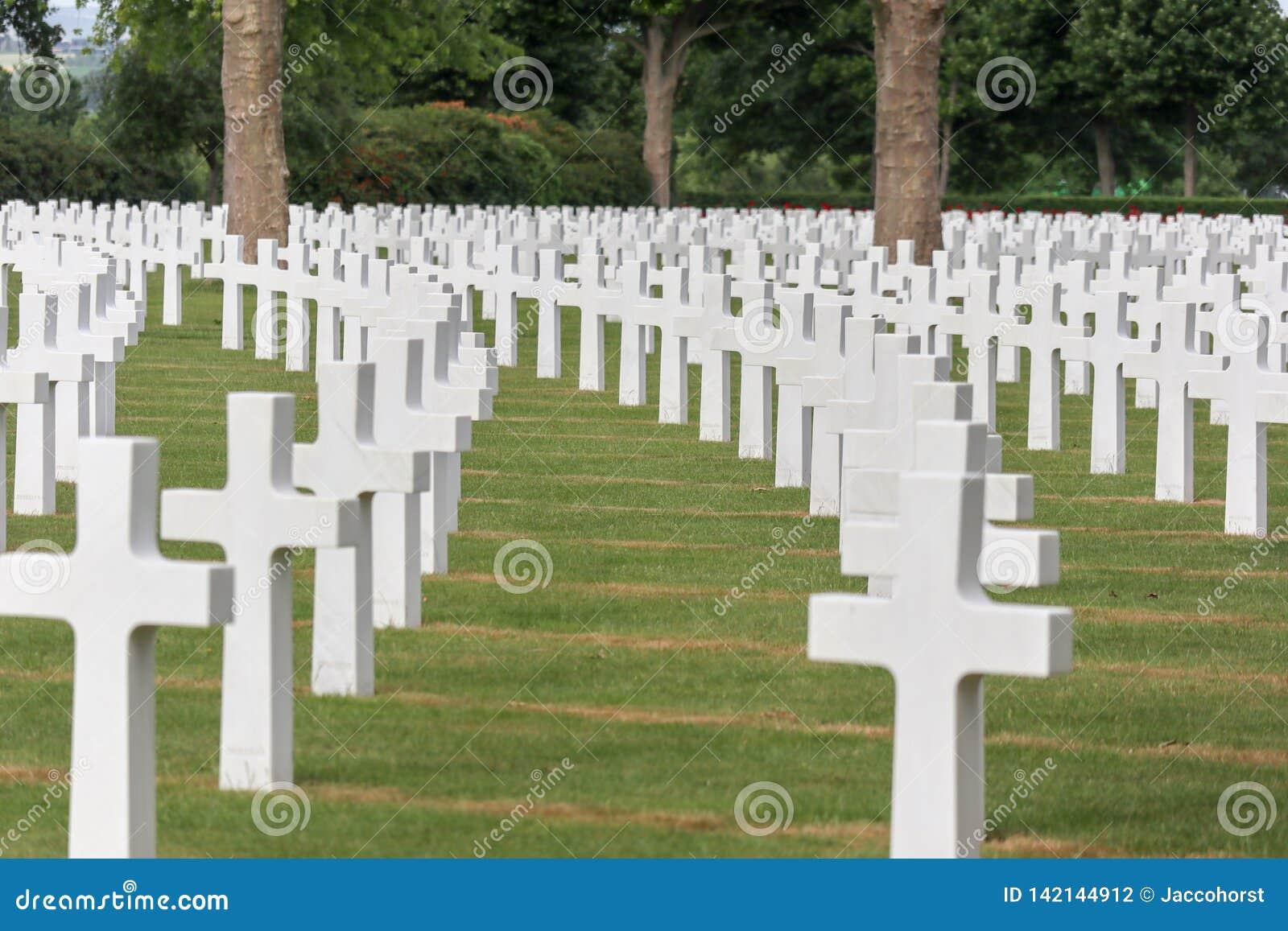 Gravstenar i rader på en kyrkogård ww2