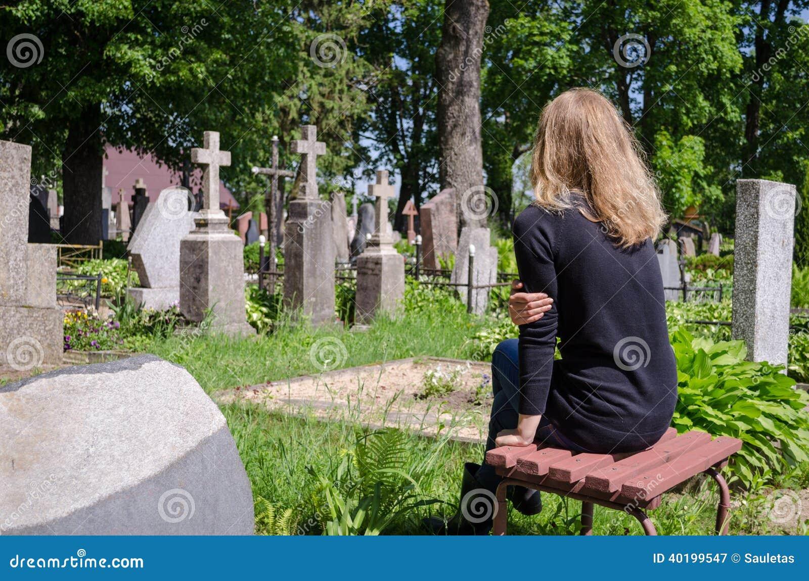 Gravvalv för make för fader för sorgkvinna near i kyrkogård