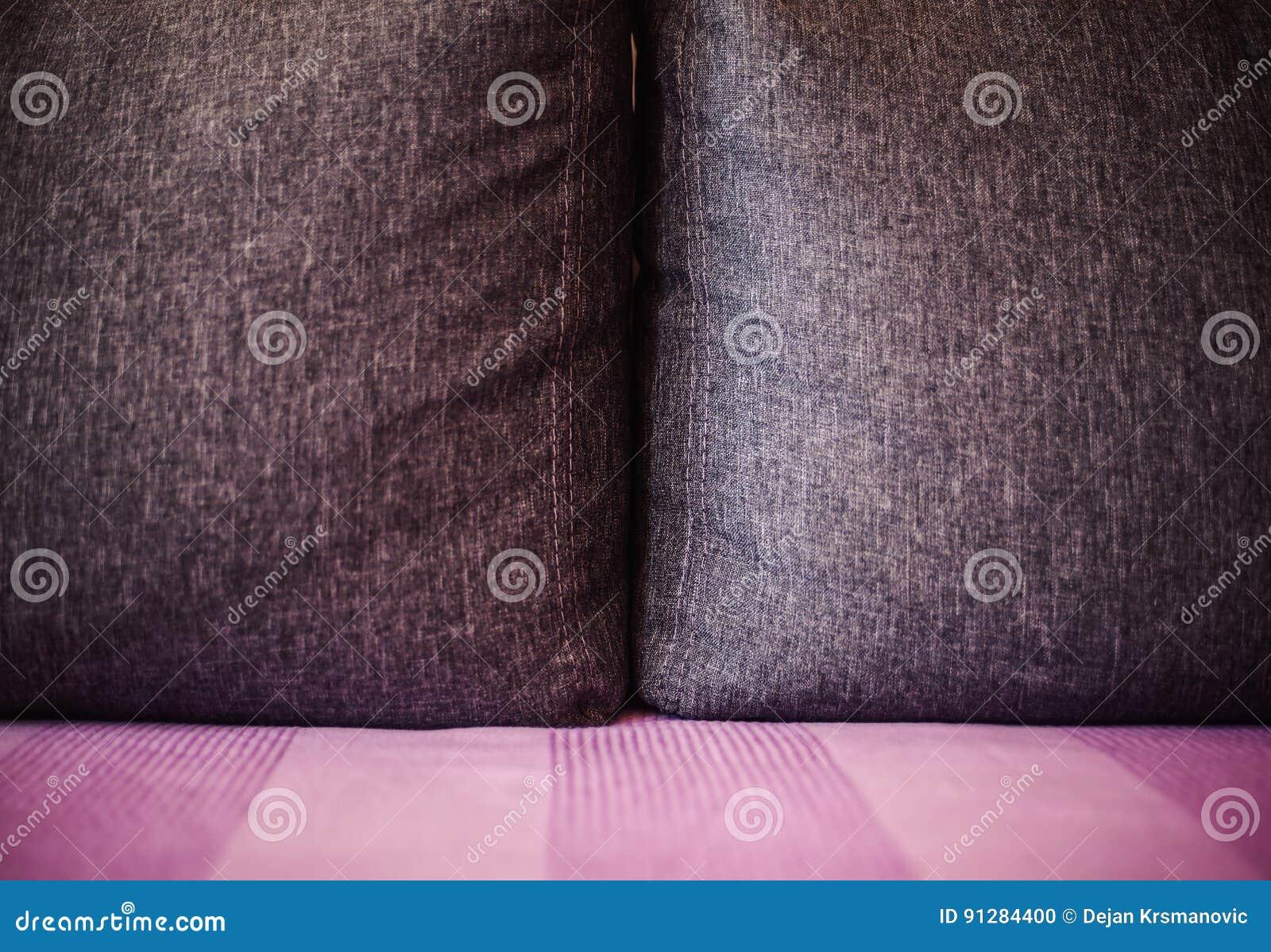 Gray Pillow på säng