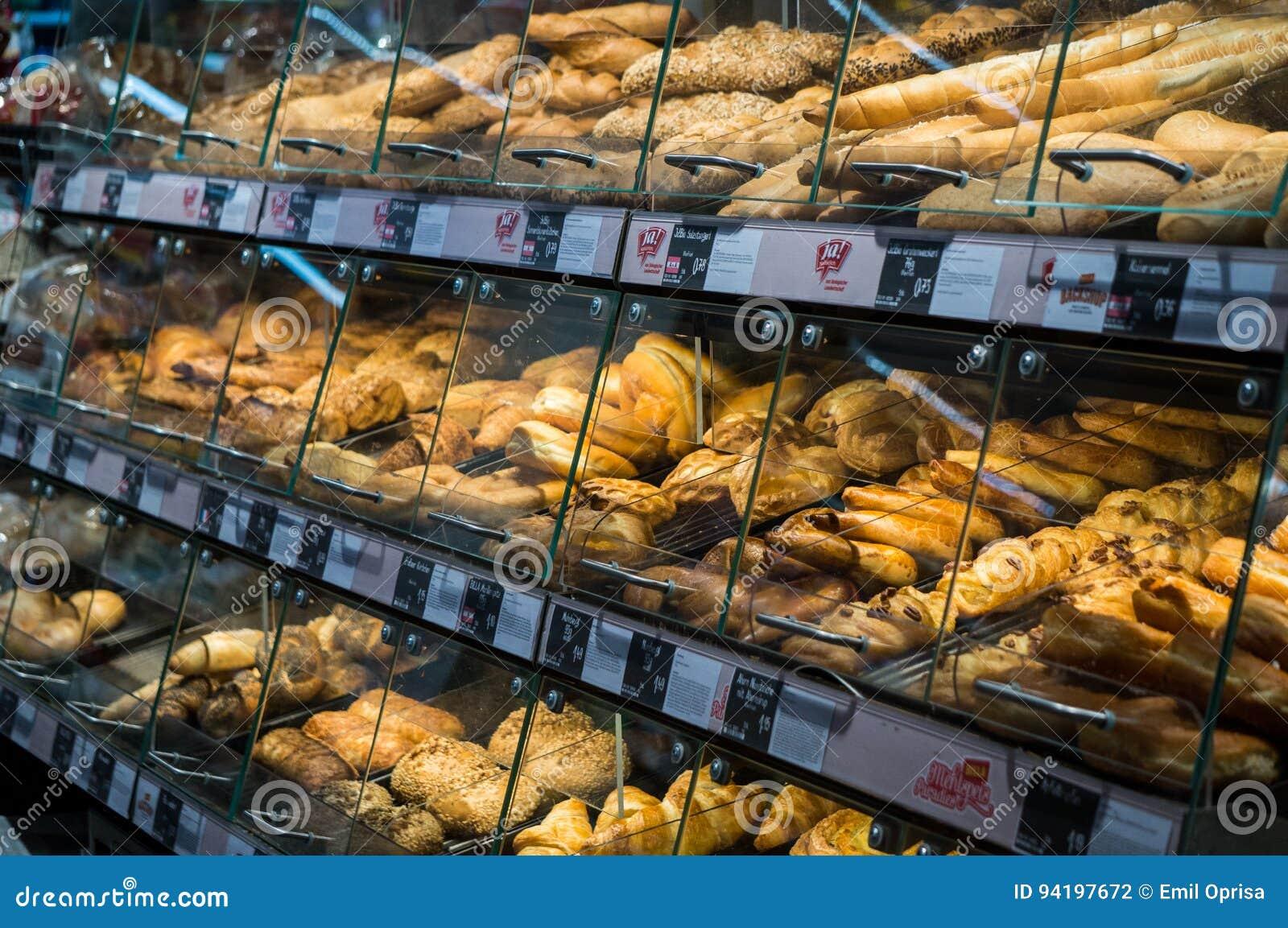 Graz, Áustria - 10 de junho de 2017 - Fresly cozeu a pastelaria em um Billa