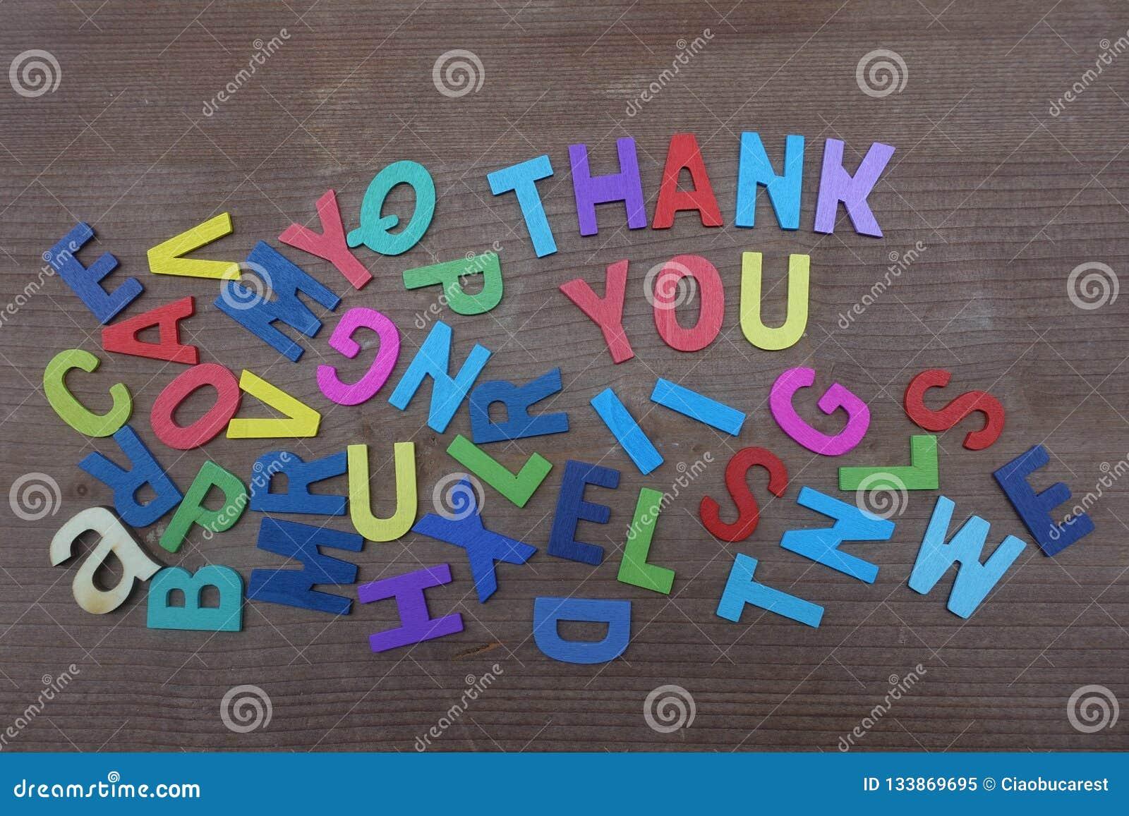 Lettere Di Legno Colorate : Grazie composto con le lettere di legno colorate sopra un bordo di