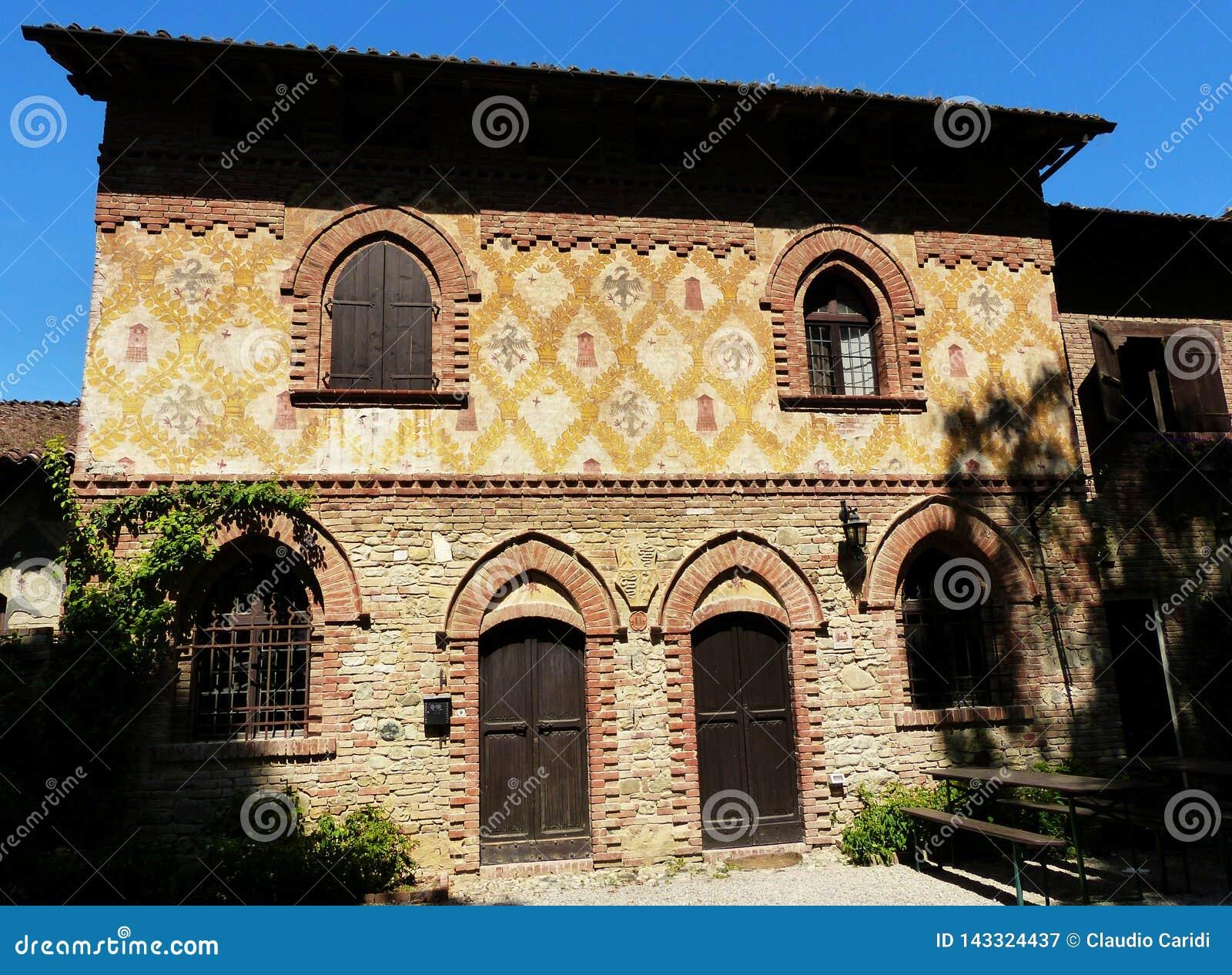 Grazzano Visconti, rekonstruktion av en medeltida by, fritt tilltr?de, i landskapet av Piacenza, Italien