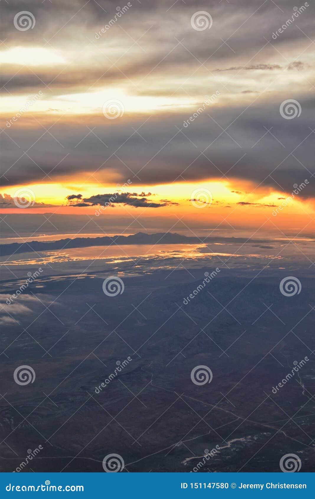 Great- Salt Lakesonnenuntergang-Vogelperspektive vom Flugzeug in Wasatch Rocky Mountain Range, fegendes cloudscape und Landschaft