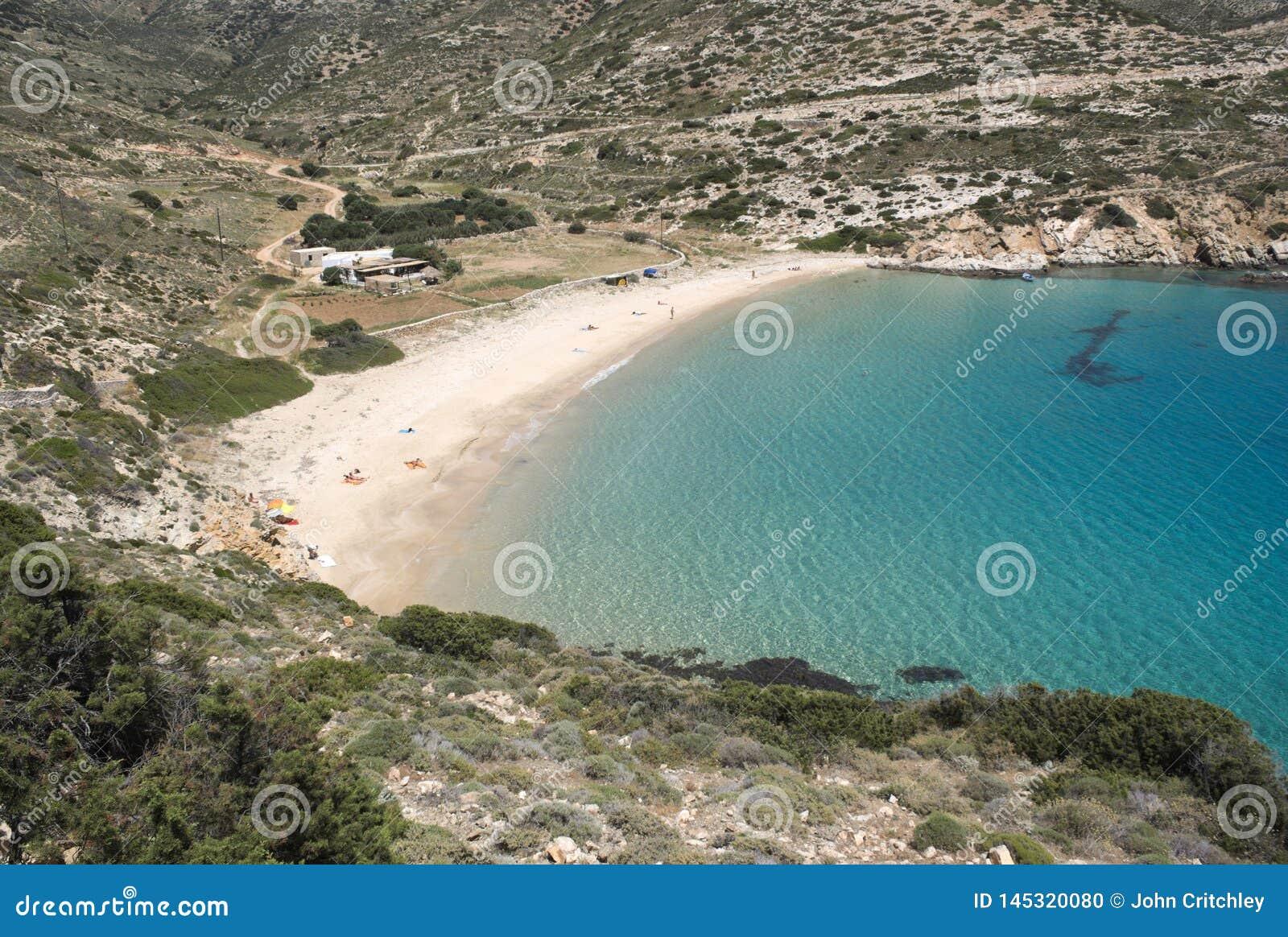 Grecja, Donoussa ustronna zatoka z plażą, nieskazitelnym kryształem i - jasne błękitne wody,