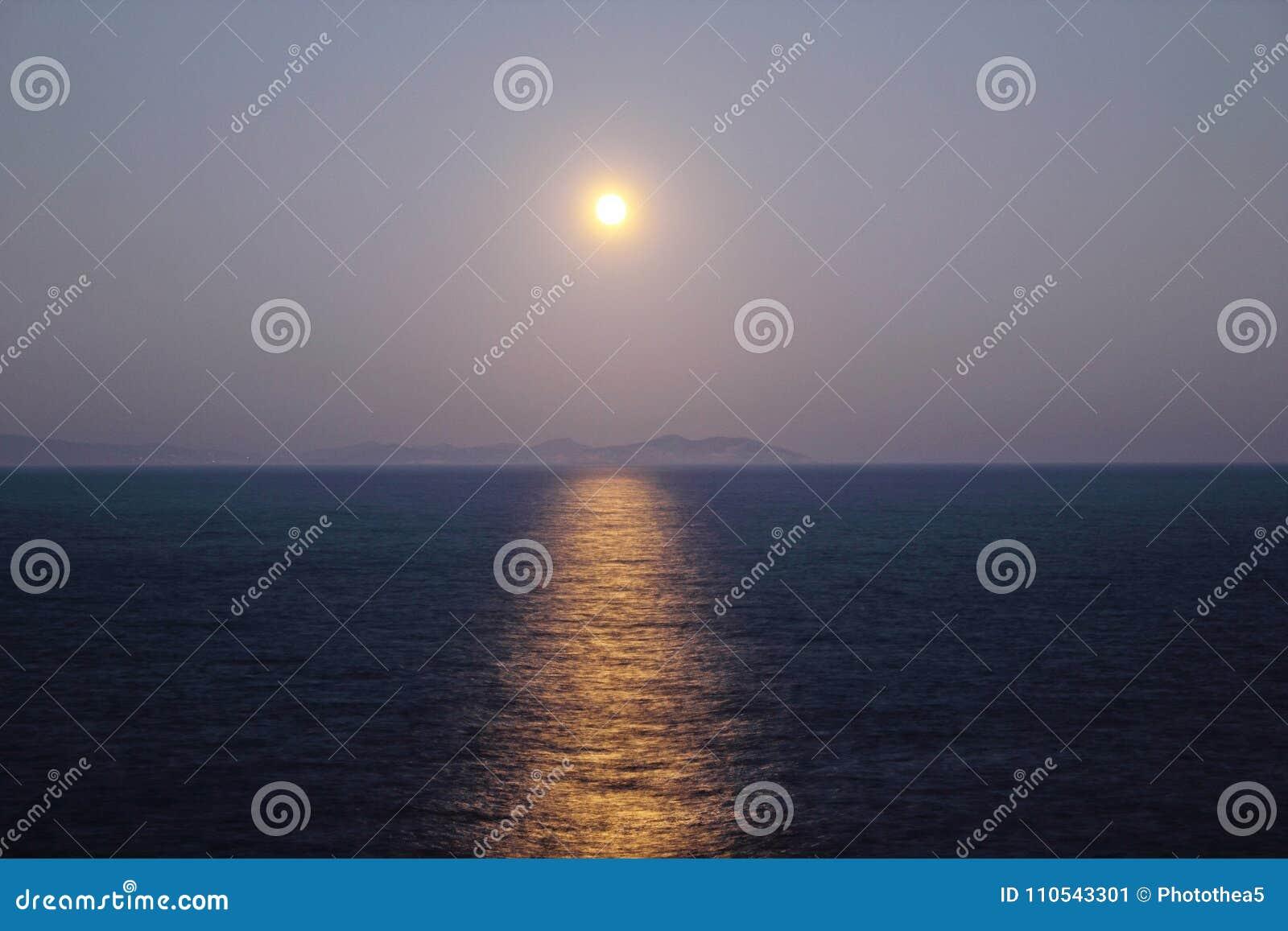 Grecja, Sifnos wyspa, widok księżyc w pełni nad morzem
