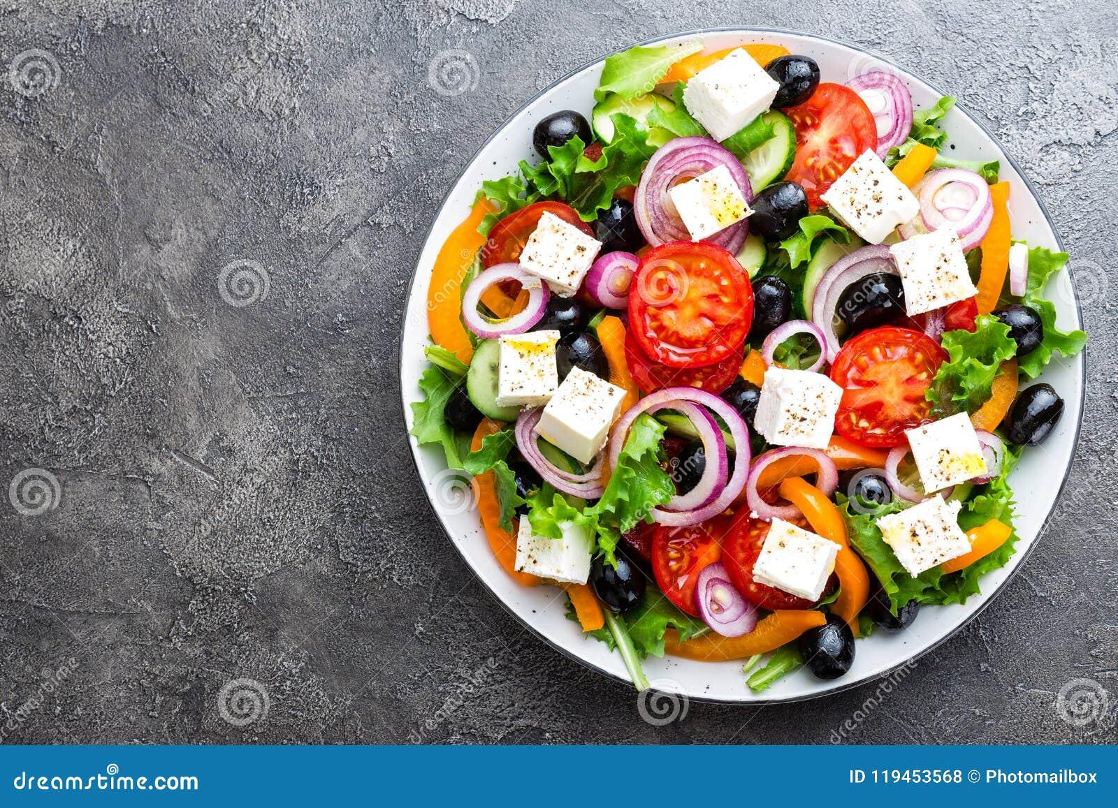 Grecka sałatka Świeżego warzywa sałatka z pomidoru, cebuli, ogórków, pieprzu, oliwek, sałaty i feta serem, grecka sałatka